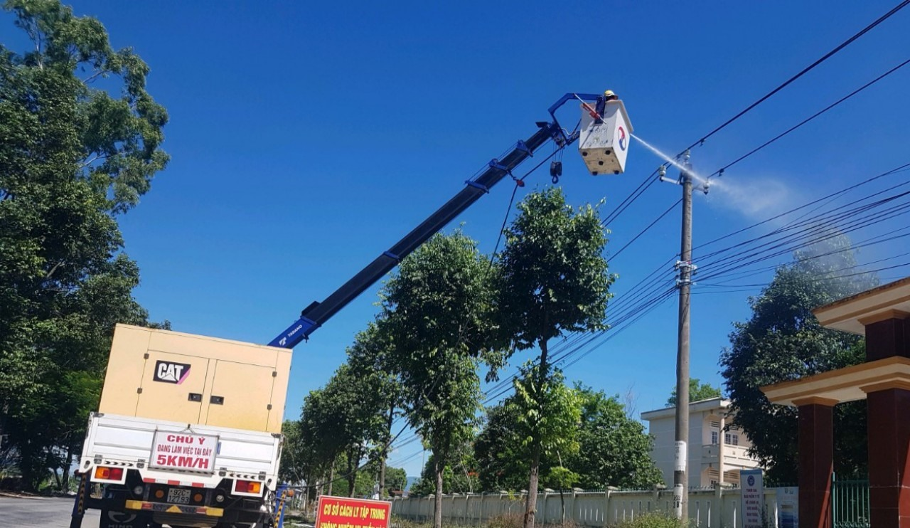 Triển khai bảo dưỡng lưới trung áp bằng công nghệ hotline nhằm nâng cao độ tin cậy cung cấp điện các khu cách ly. Ảnh: ĐÌNH CƯỜNG