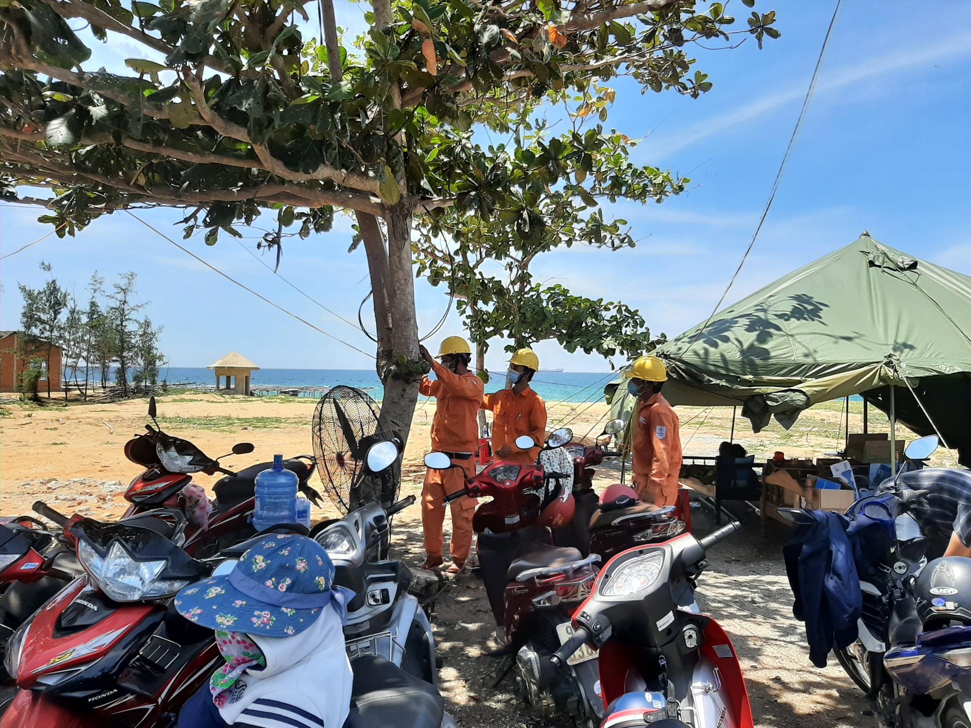 Điện lực Núi Thành cấp điện phục vụ chốt kiểm dịch tại thôn Thanh Long, xã Tam Quang. Ảnh: THANH AN