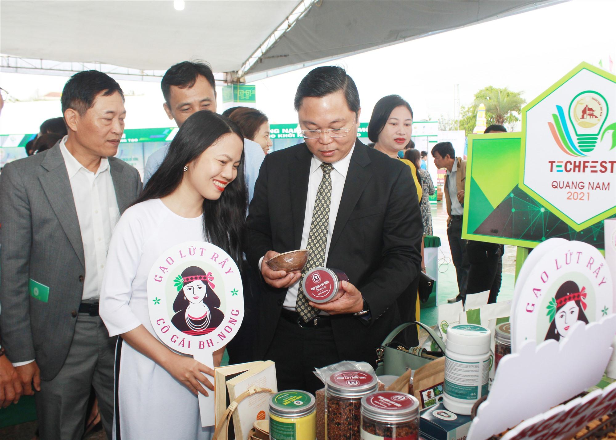 Chủ tịch UBND tỉnh Lê Trí Thanh thăm các gian hàng trưng bày sản phẩm khởi nghiệp - OCOP tại Techfest Quảng Nam tổ chức vào tháng 3.2021. Ảnh: T.C