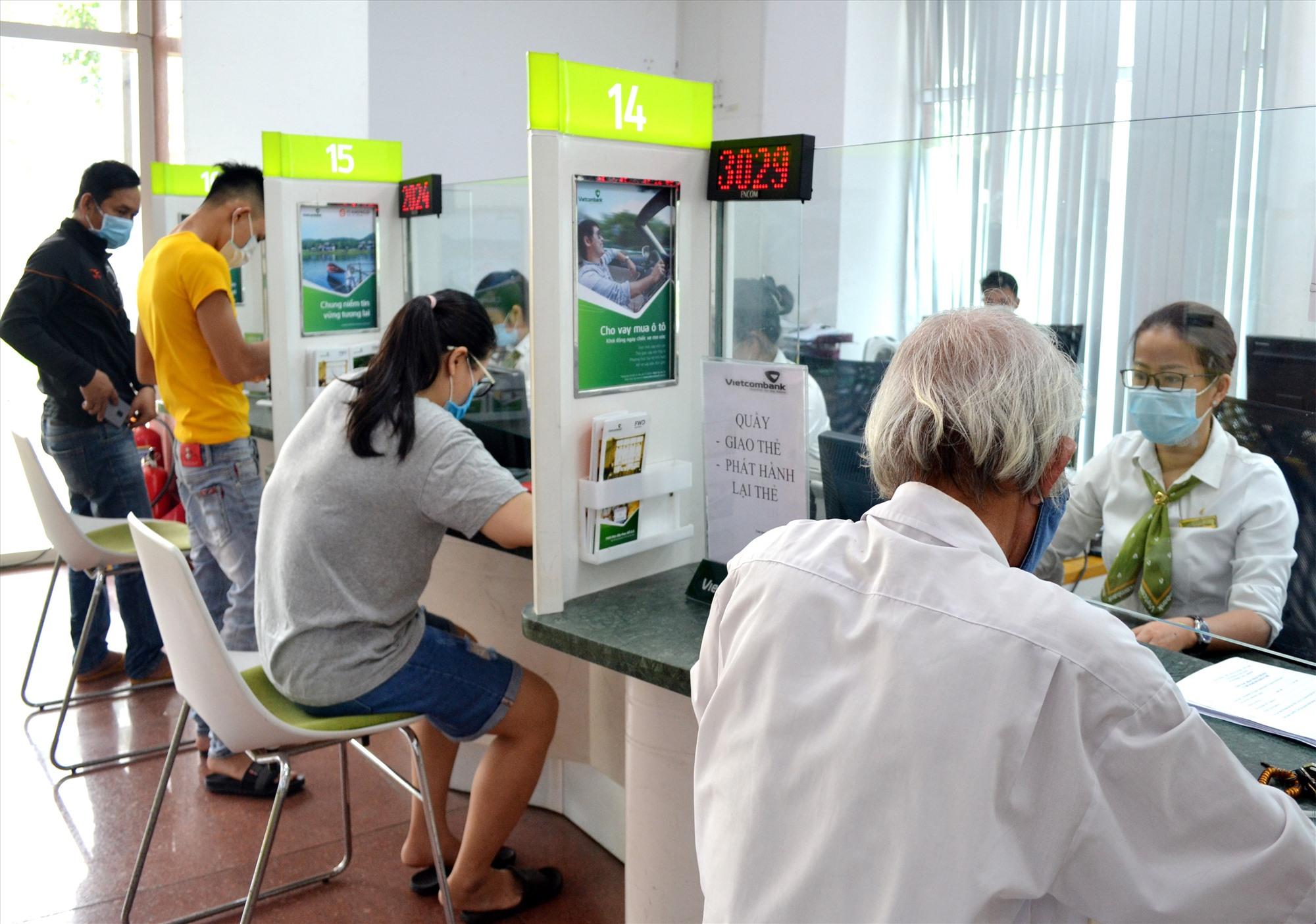 Ngân hàng thương mại khuyến khích khách hàng giao dịch thanh toán dịch vụ công qua thẻ. Ảnh: VIỆT NGUYỄN