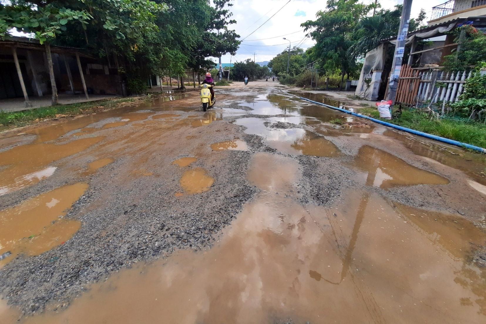Tuyến giao thông liên xã từ thị trấn Núi Thành đi trung tâm xã Tam Giang đã xuống cấp nghiêm trọng.