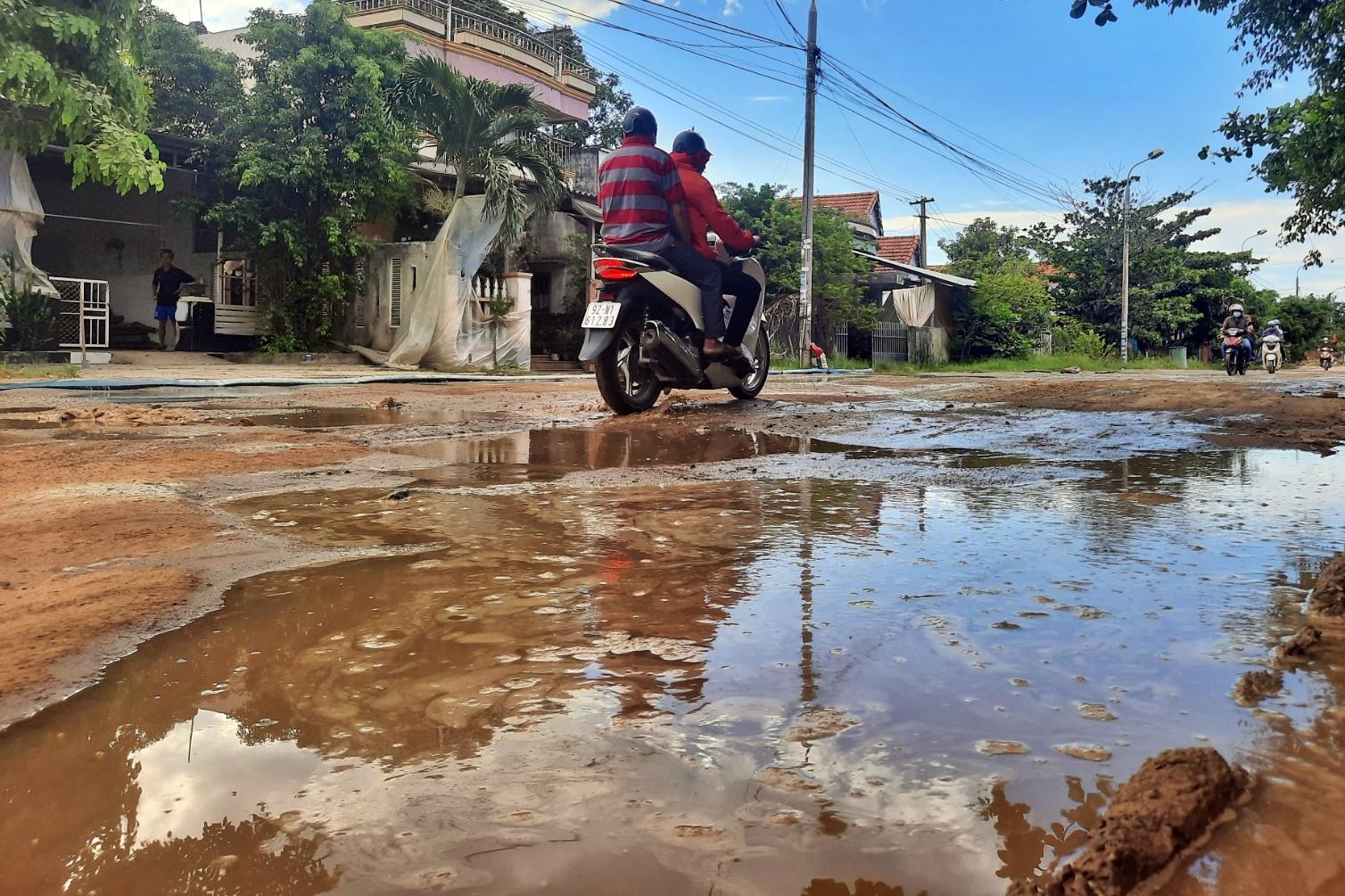 Hư hỏng nặng nề nhất là đoạn từ khối 2 (thị trấn Núi Thành) đến thôn Hòa An (Tam Giang) với chiều dài khoảng 1.000m.