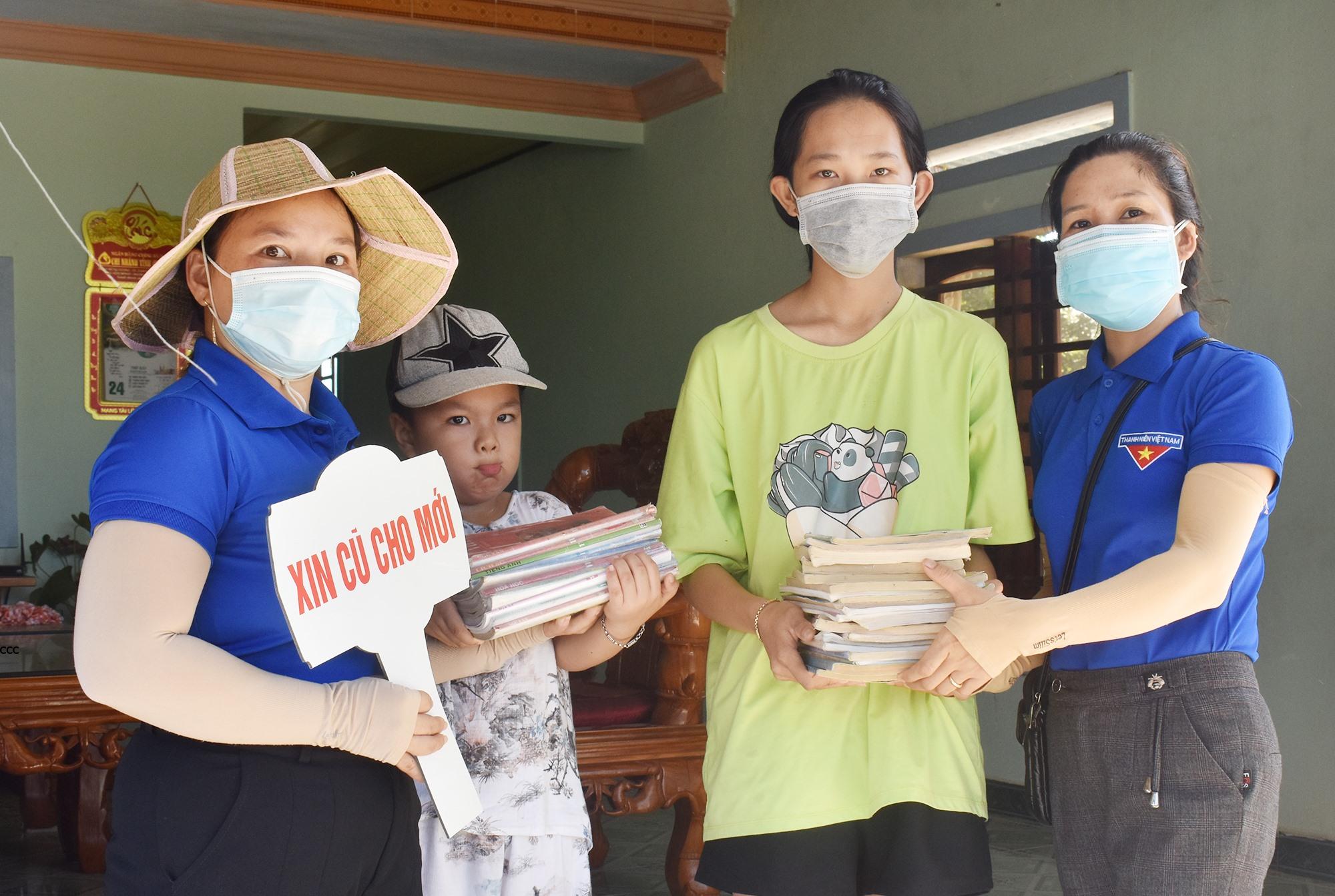 """Hai chị em Nhã - Trọng hào hứng ủng hộ sách vở đã học cho chương trình """"Xin cũ đổi mới"""". Ảnh: H.Q"""
