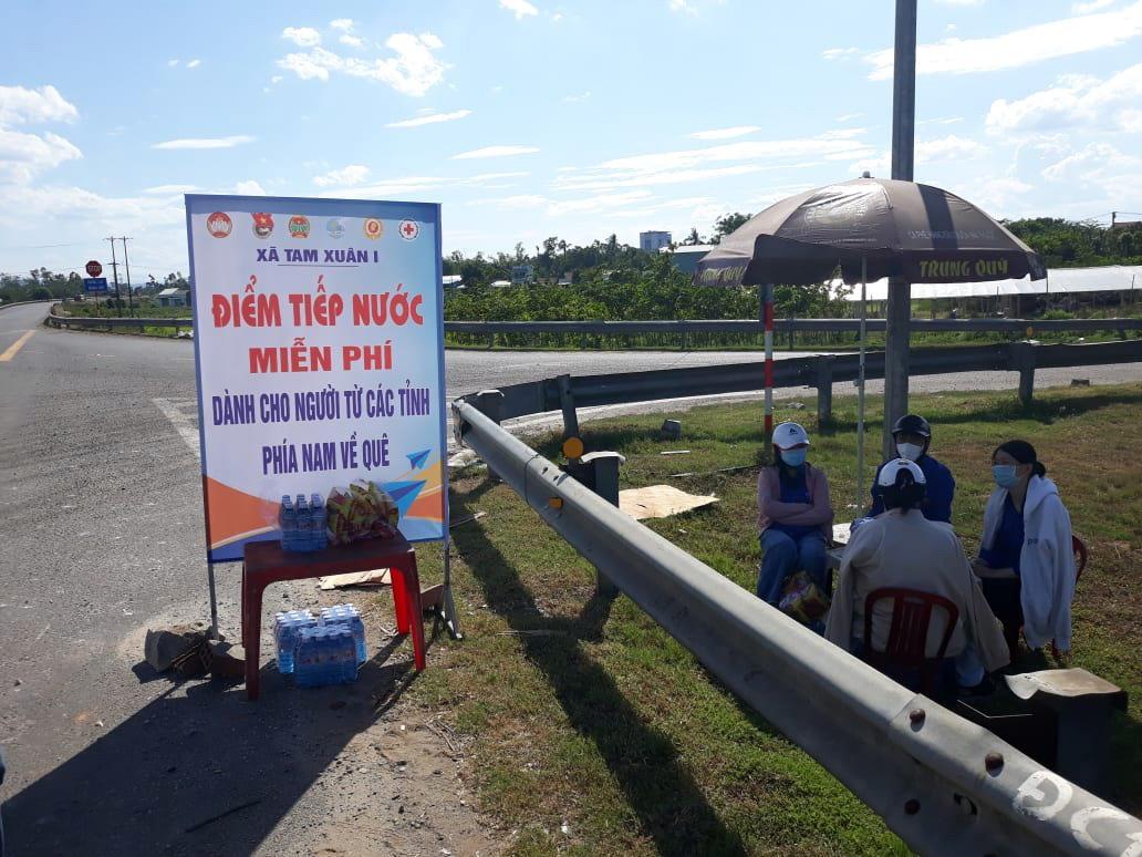 Mỗi ngày luôn có nhóm thanh niên tình nguyện của xã Tam Xuân 1 tiếp nước, hỗ trợ người dân hồi hương.