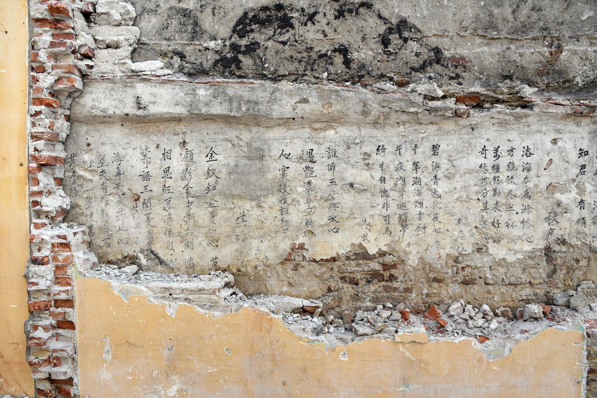 Mảng tường nhà cổ, nơi Trung tâm Quản lý Bảo tồn Di sản Văn hóa Hội An phát hiện văn bản Hán Nôm.