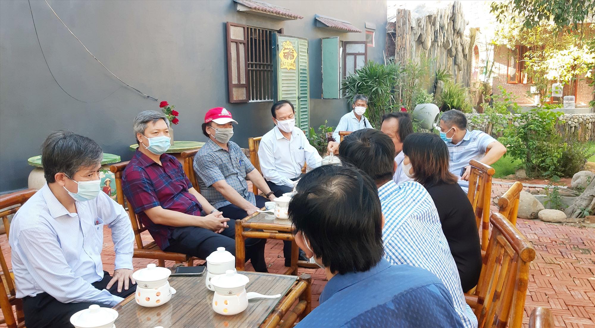 Phó Chủ tịch UBND tỉnh Hồ Quang Bửu và lãnh đạo một số ngành liên quan lắng nghe ý kiến từ phía doanh nghiệp.   Ảnh: VĂN SỰ