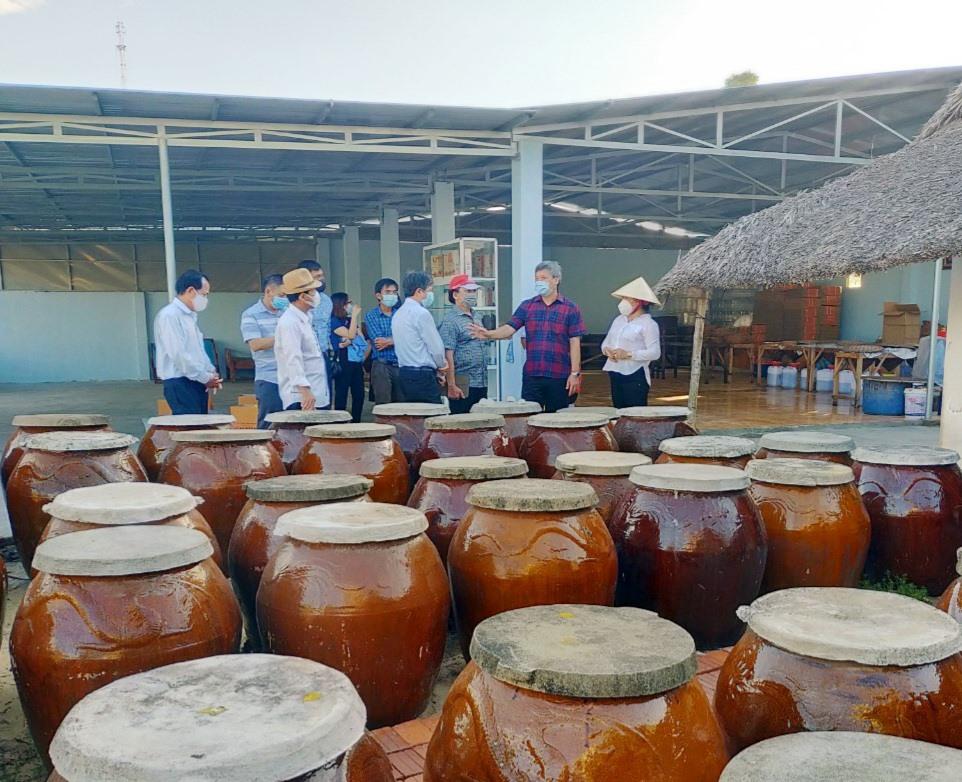 Đoàn công tác của tỉnh khảo sát thực tế tại cơ sở sản xuất nước mắm truyền thống Hai Hiền (xã Bình Dương, Thăng Bình).  Ảnh: VĂN SỰ