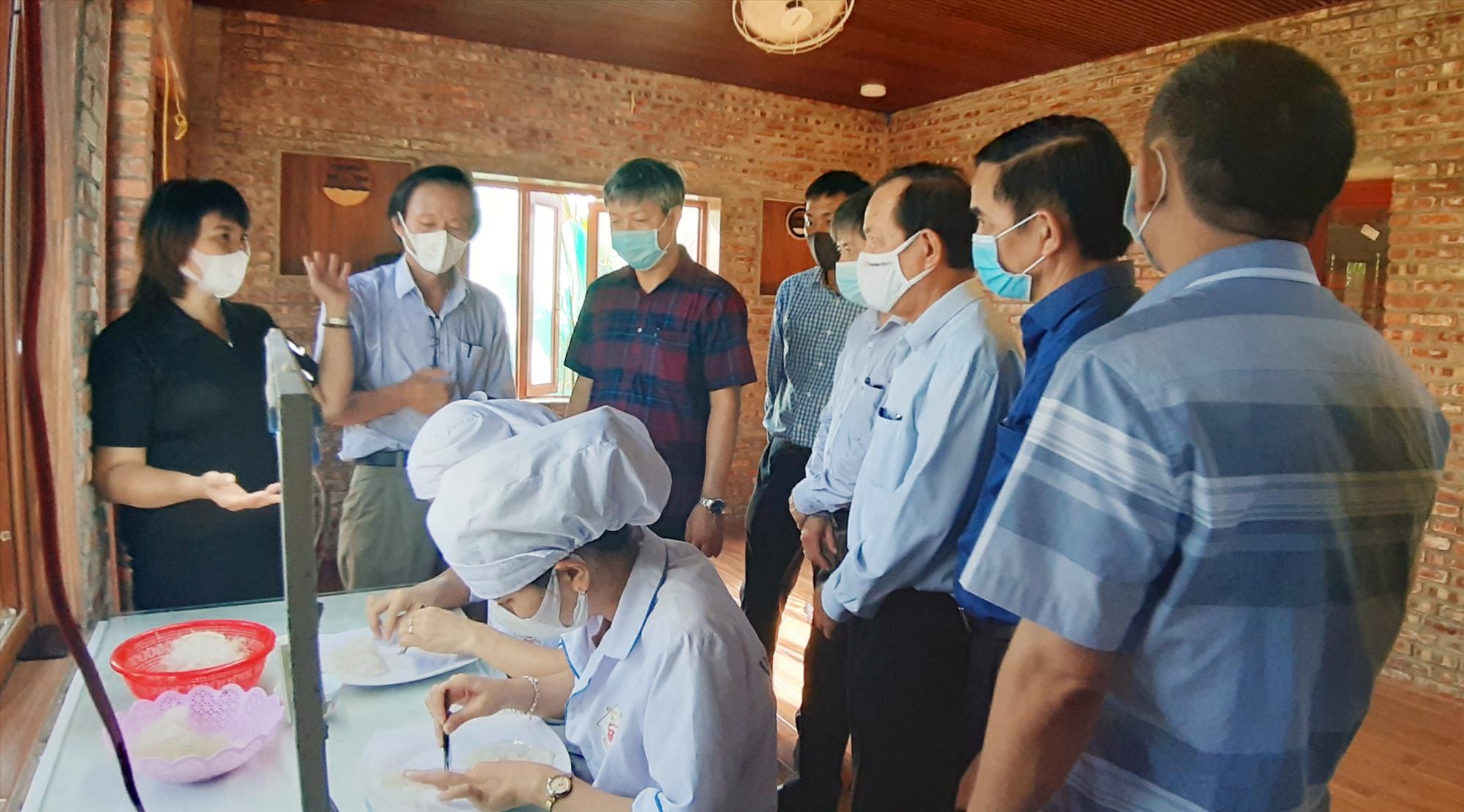 Phó Chủ tịch UBND tỉnh Hồ Quang Bửu tham quan cơ sở sản xuất - kinh doanh của Công ty TNHH MTV Yến sào Đất Quảng (xã Bình Đào, Thăng Bình).   Ảnh: VĂN SỰ