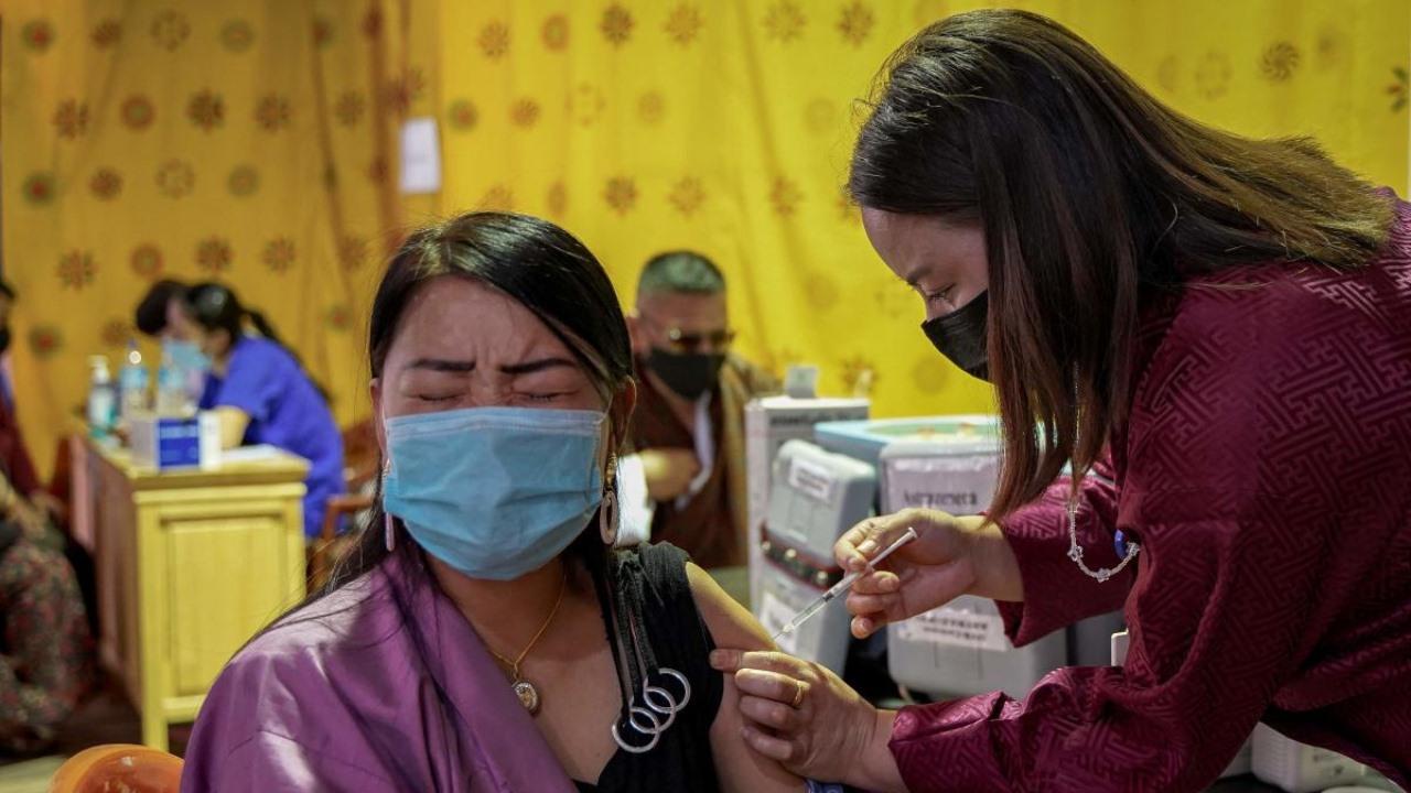 Tại một cơ sở tiêm chủng vắc xin Covid-19 ở Bhutan. Ảnh: AFP
