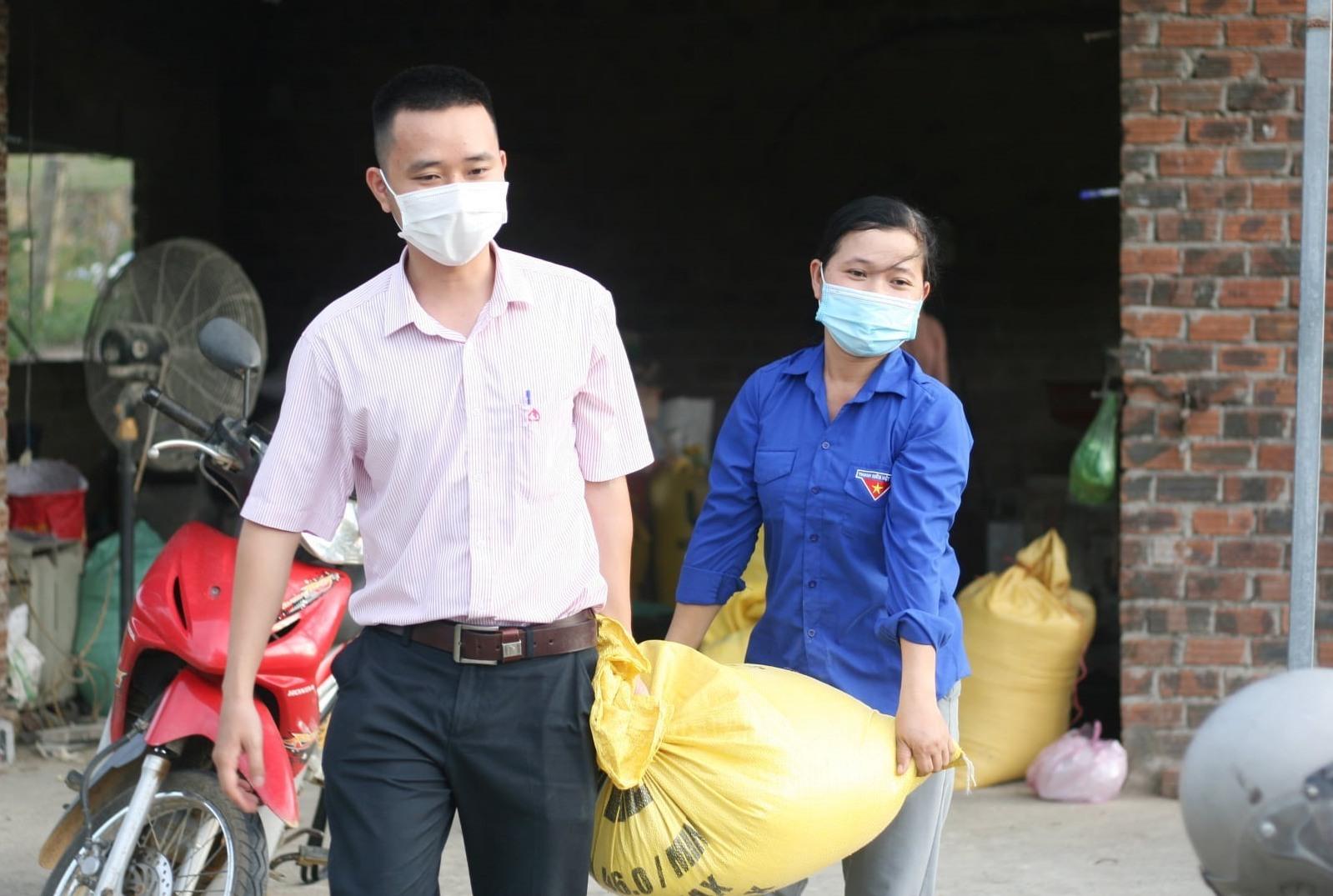 Tập kết lương thực, thực phẩm gửi tặng TP.Hồ Chí Minh. Ảnh: CTV