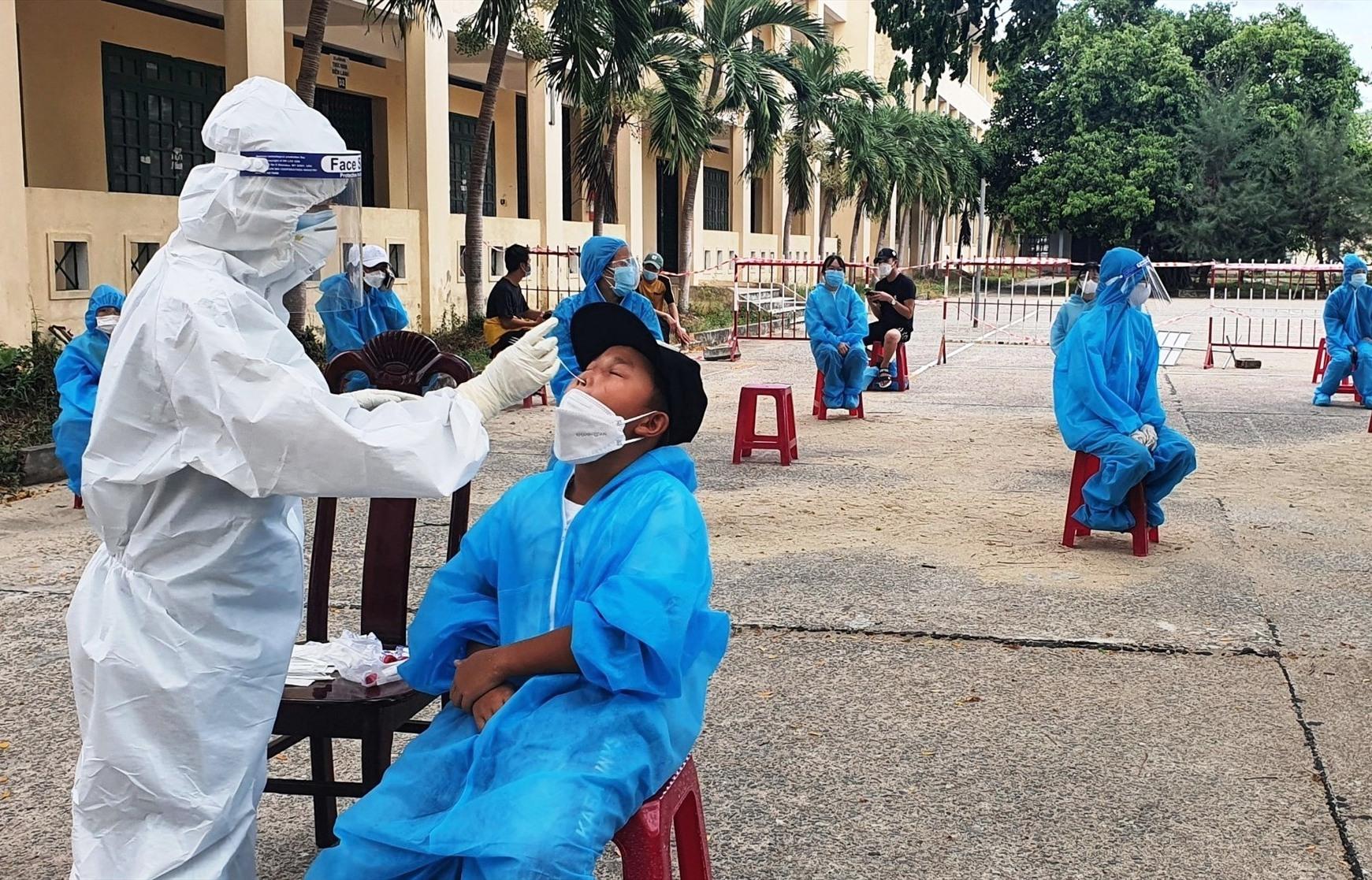 Lấy mẫu xét nghiệm cho công dân trở về từ TP.Hồ Chí Minh.