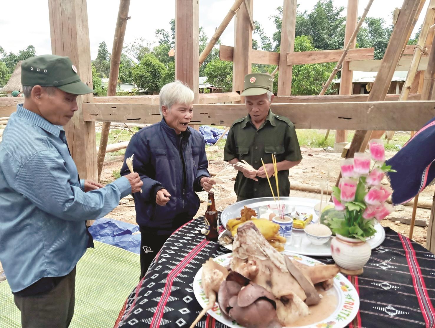 Trước khi gươl được dựng, các già làng tổ chức cúng theo đúng phong tục truyền thống.