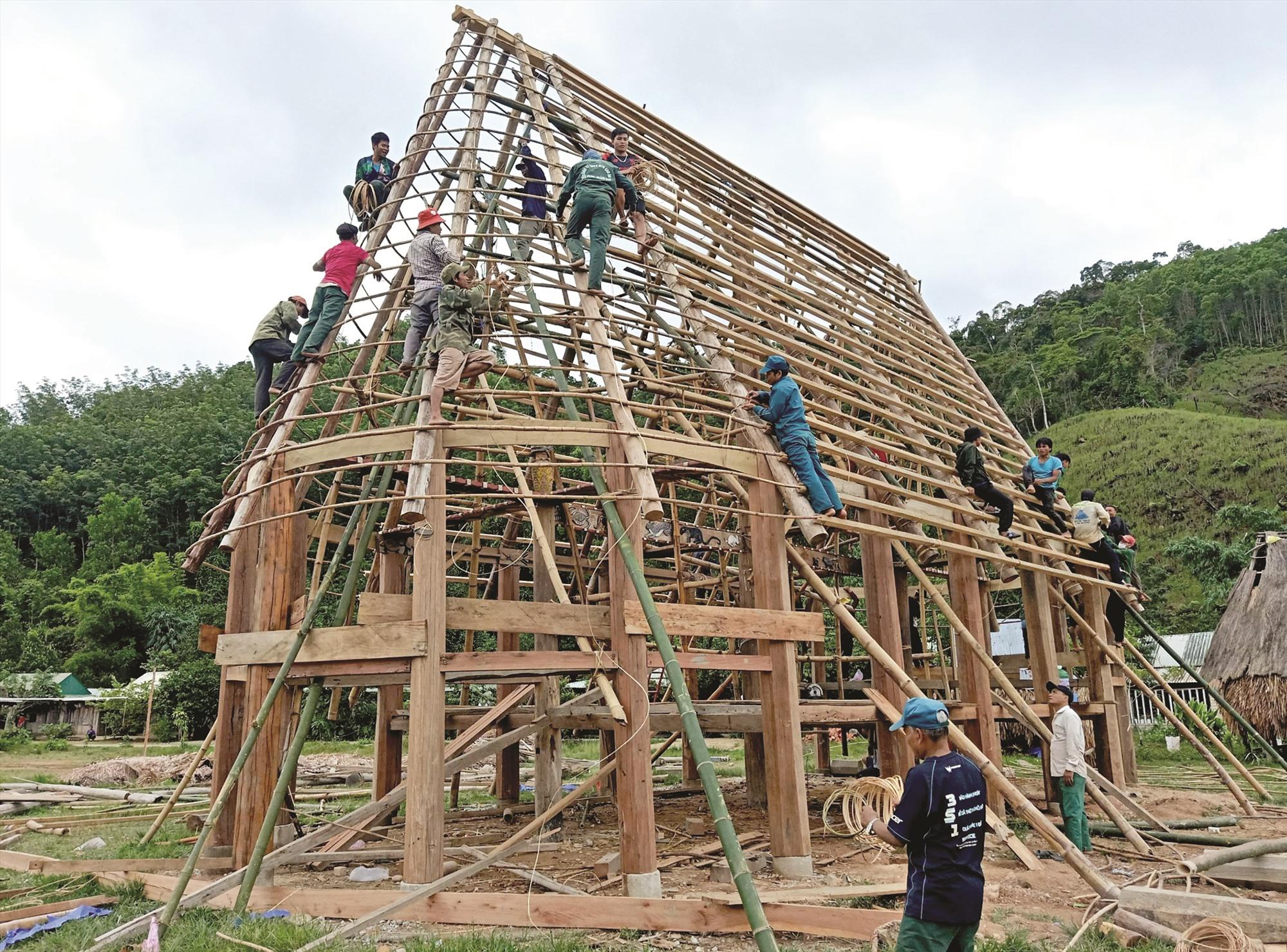 Người dân Pơr'ning tham gia hoàn thiện các công đoạn dựng gươl.