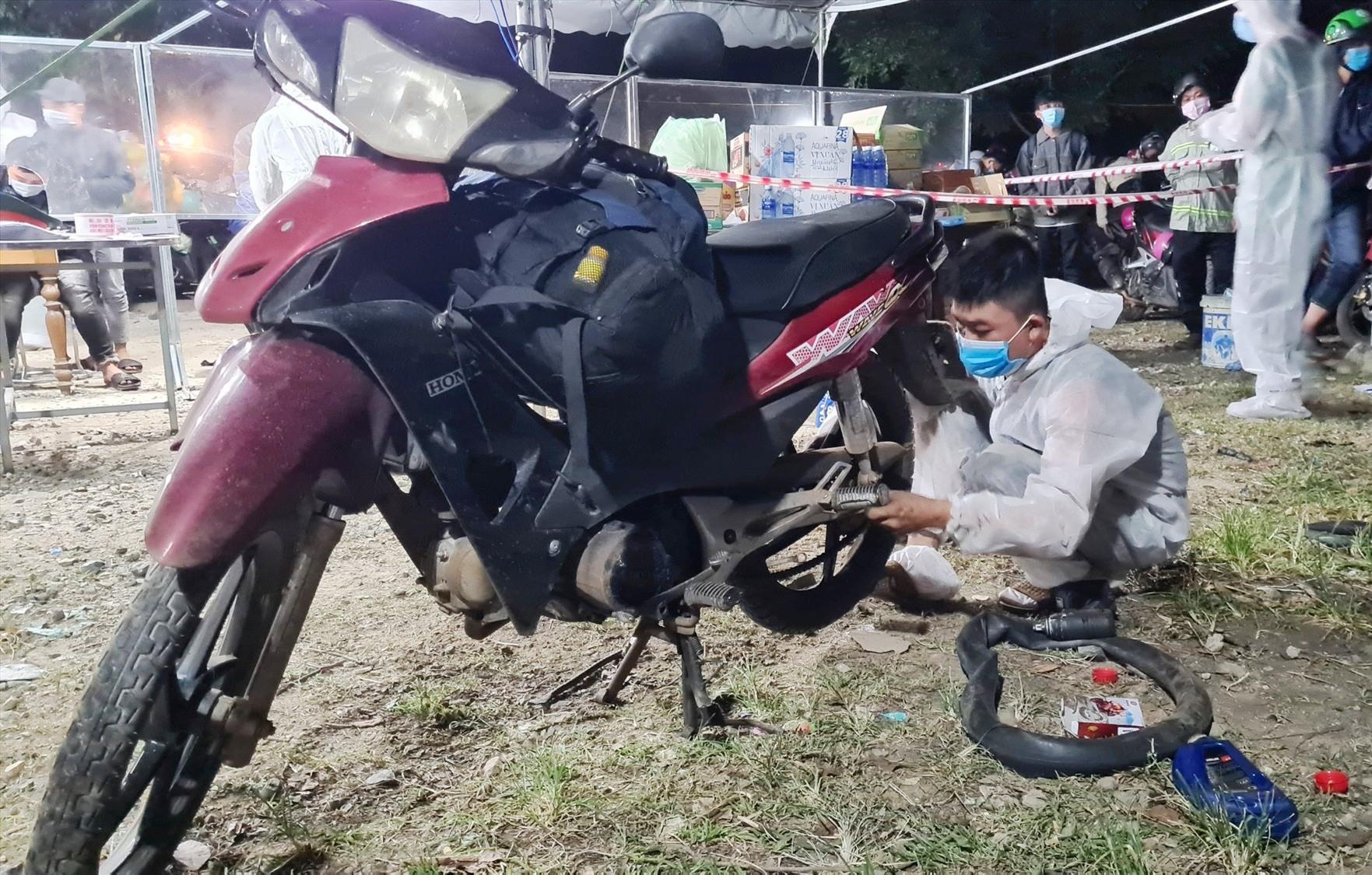 Anh Nguyễn Tiến Sơn tình nguyện sửa xe miễn phí cho người dân phía Bắc về quê tránh dịch. Ảnh: H.Q
