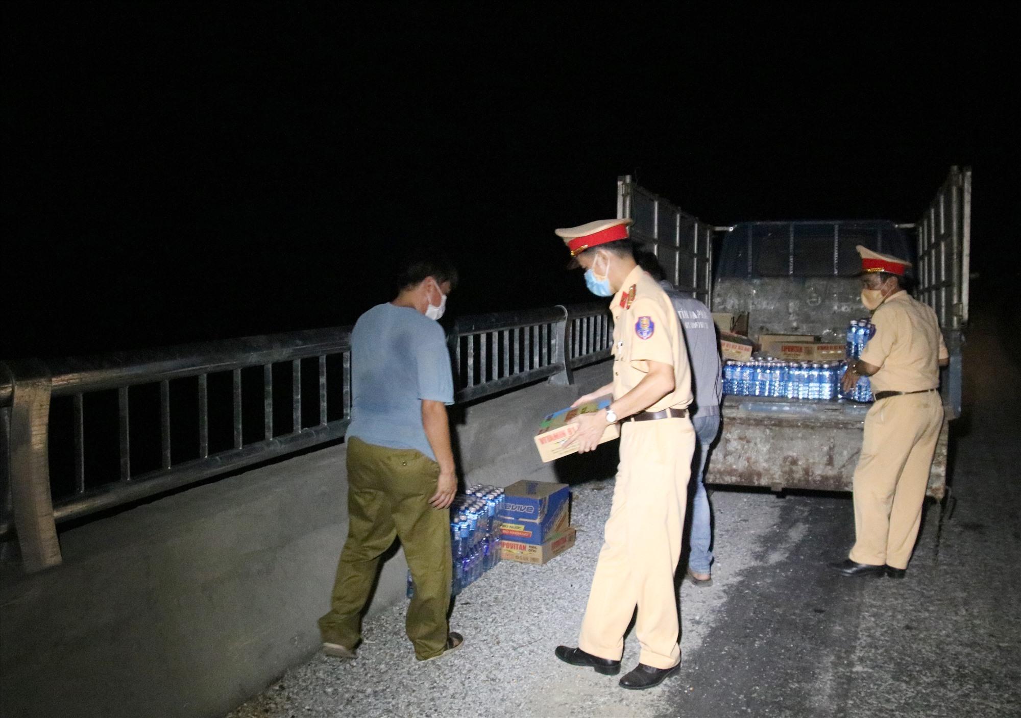 Lực lượng CSGT bố trí thức ăn, nước uống do các mạnh thường quân hỗ trợ tại một điểm nghỉ dọc đường. Ảnh: H.Q