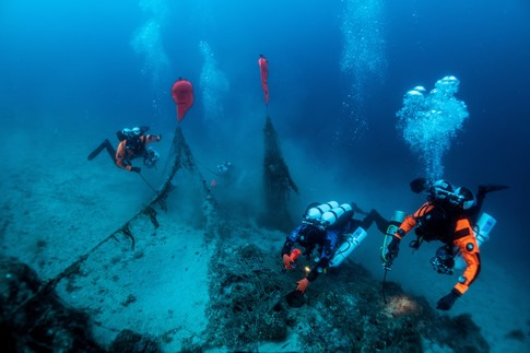 Công việc trục vớt xác tàu đắm tiềm ẩn nhiều nguy hiểm. Ảnh: Reuter