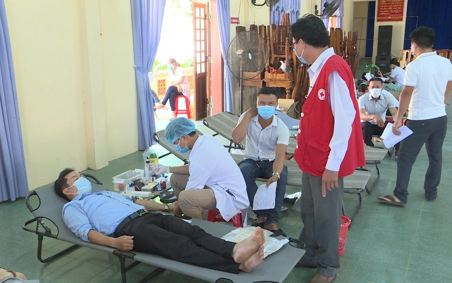 Người dân Núi Thành tham gia hiến máu. Ảnh: VĂN PHIN