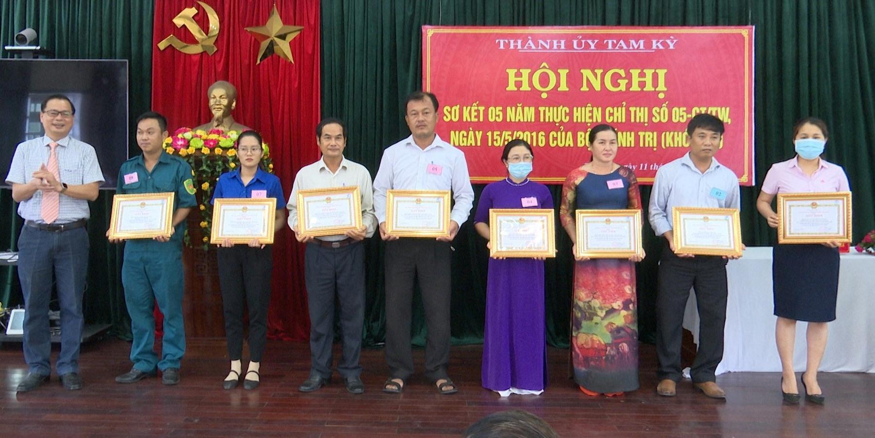 Thành ủy Tam Kỳ tổ chức khen thưởng các tập thể, cá nhân thực hiện tốt Chỉ thị 05 của Bộ Chính trị. Ảnh: A.NHI