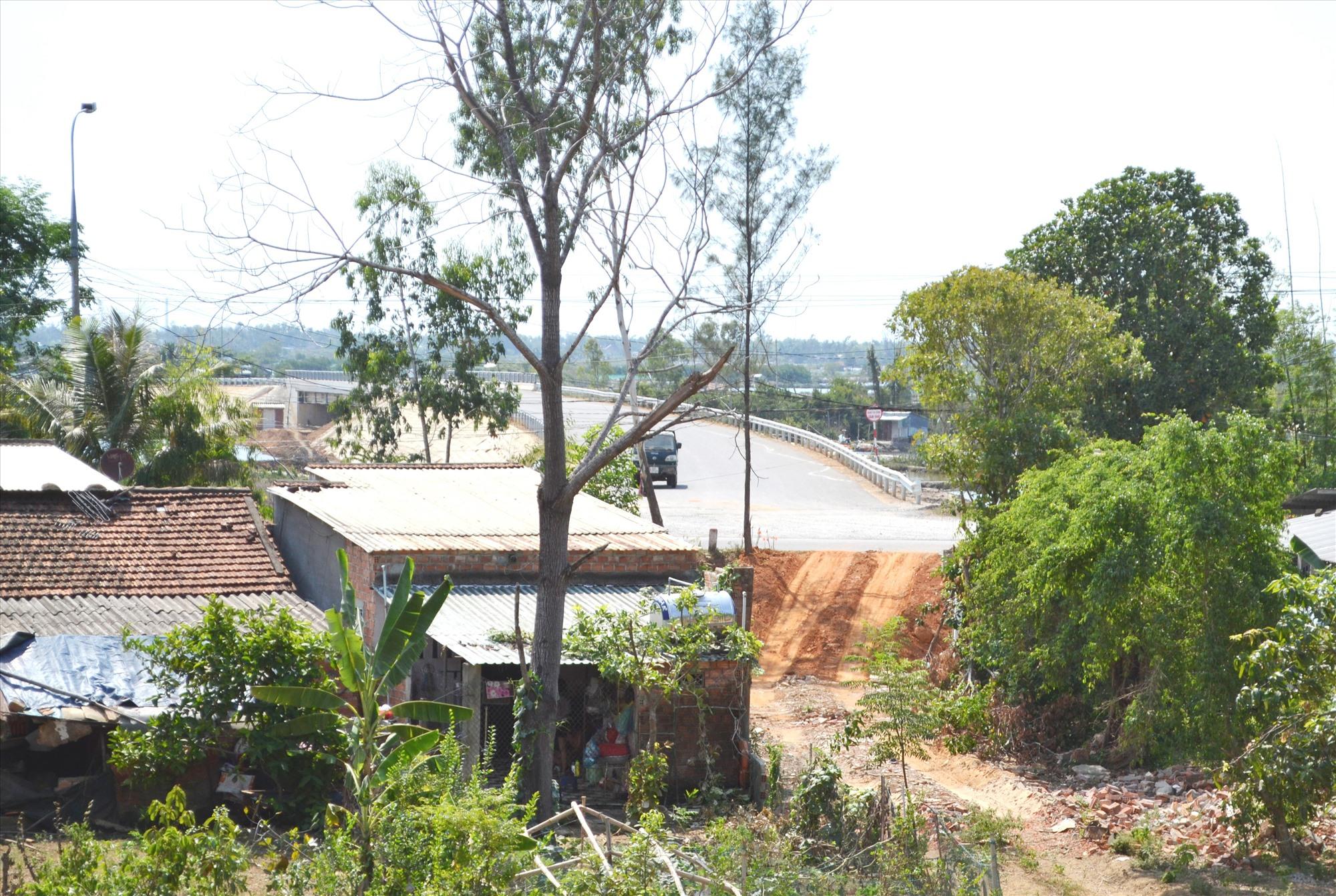Đoạn qua nút giao đường ĐT618 (xã Tam Quang) mới GPMB được vệt bên trái tuyến (theo hướng tuyến dự án).