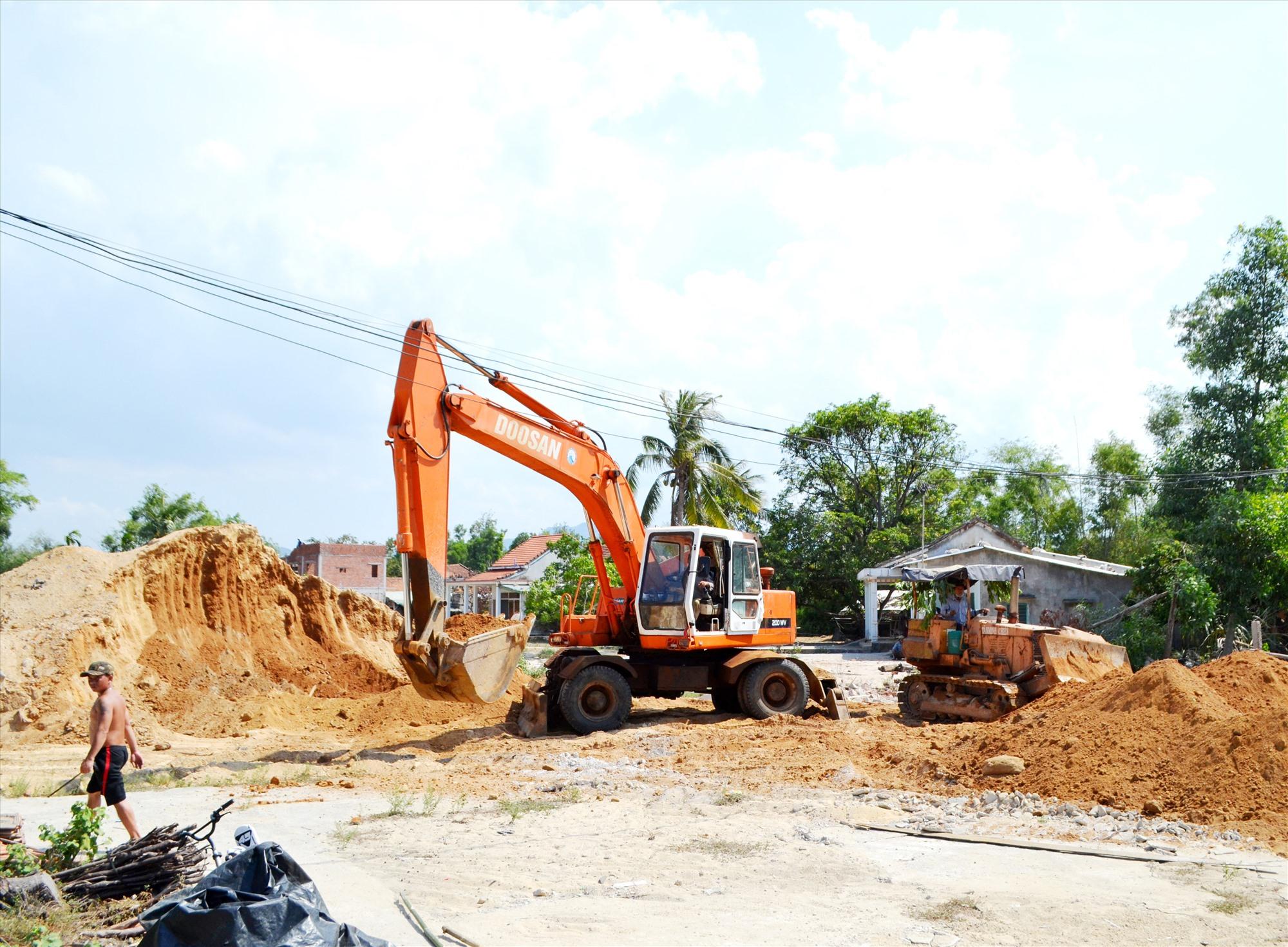 Nhà thầu thi công vị trí vừa nhận mặt bằng, đoạn gần nút giao tuyến ĐT620 với đường vào sân bay Chu Lai. Ảnh: C.T
