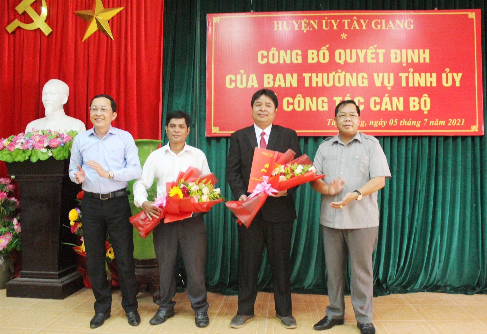 Lãnh đạo Huyện ủy Tây Giang trao quyết định chuẩn y cho ông Zơrâm Buôn (thứ 2 phải sang). Ảnh: ĐH