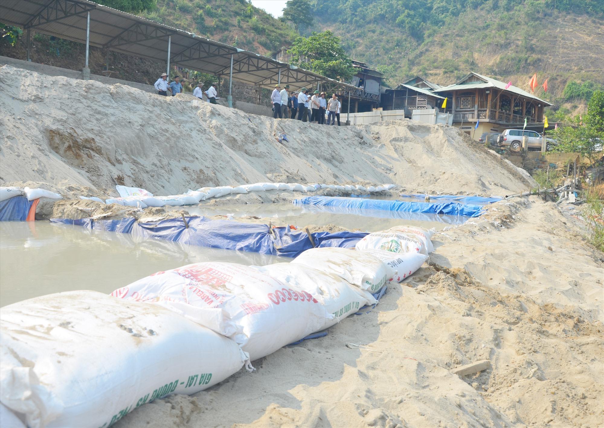 Đoàn công tác của tỉnh kiểm tra nhà máy khai thác vàng tại xã Phước Thành (Phước Sơn). Ảnh: H.PHÚC