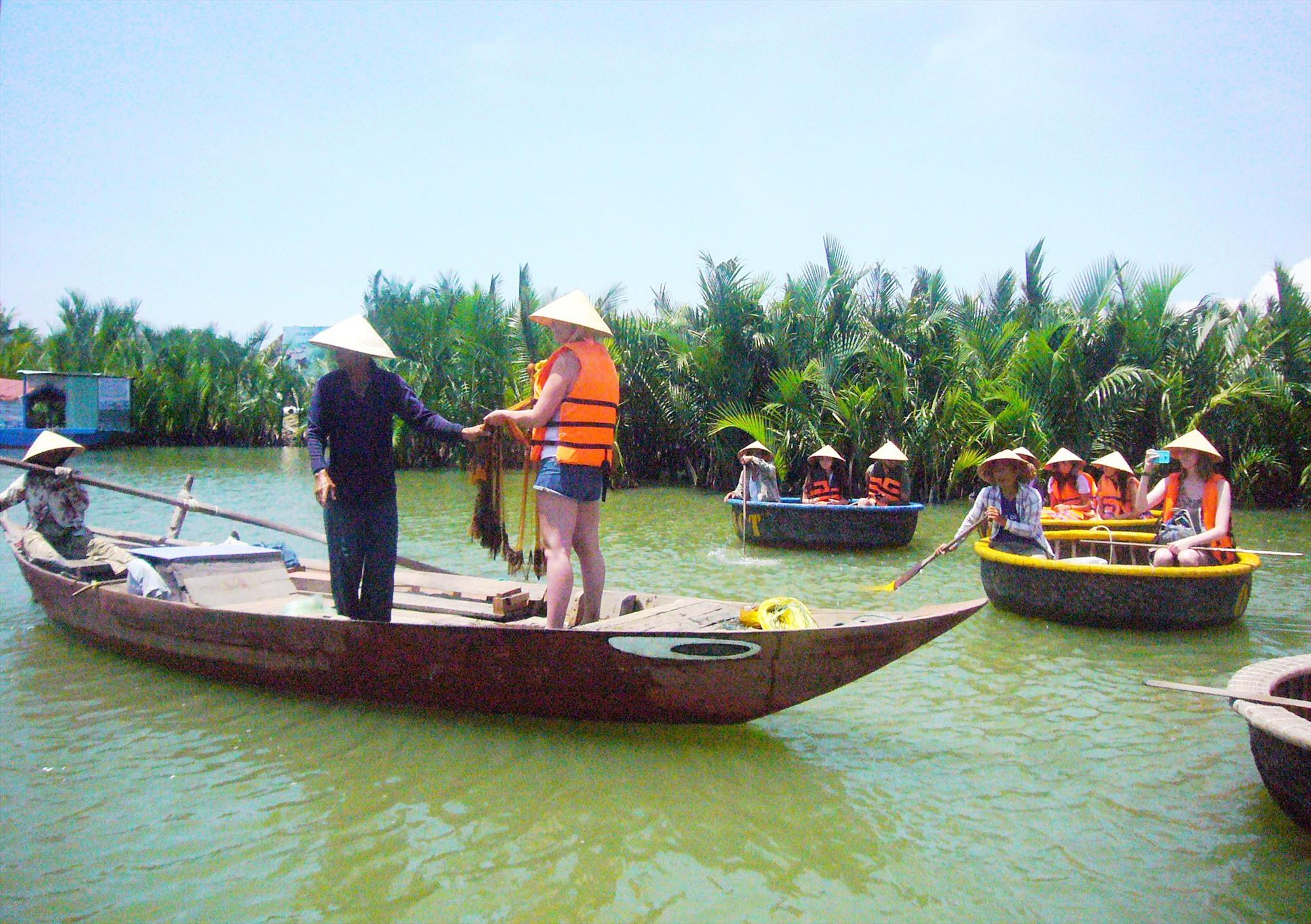 Du khách trải nghiệm đời sống cư dân vùng sông nước Cẩm Thanh. Ảnh: Đ.H