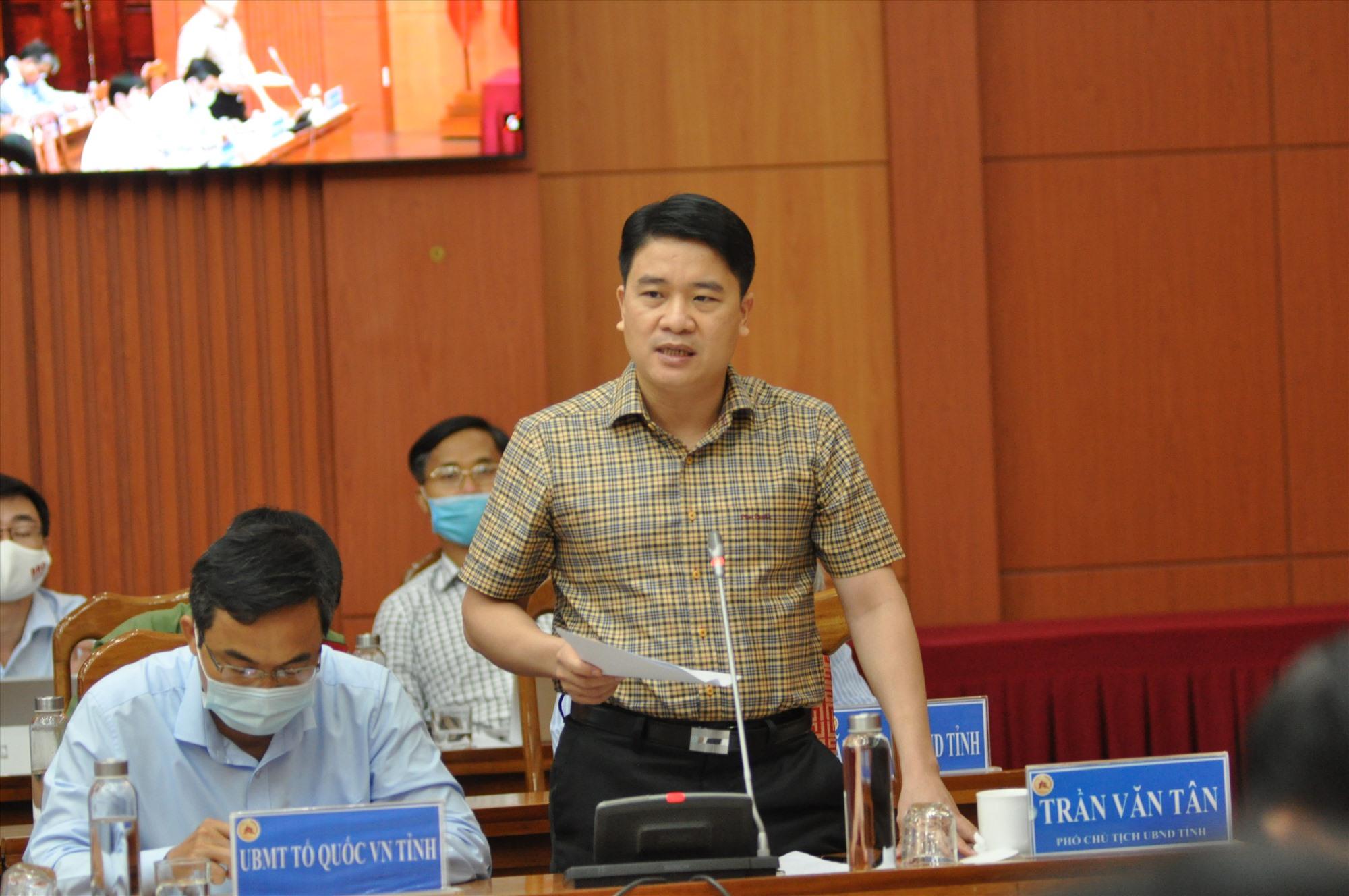 Phó Chủ tịch UBND tỉnh Trần Văn Tân phát biểu tại hội nghị. Ảnh: X.P