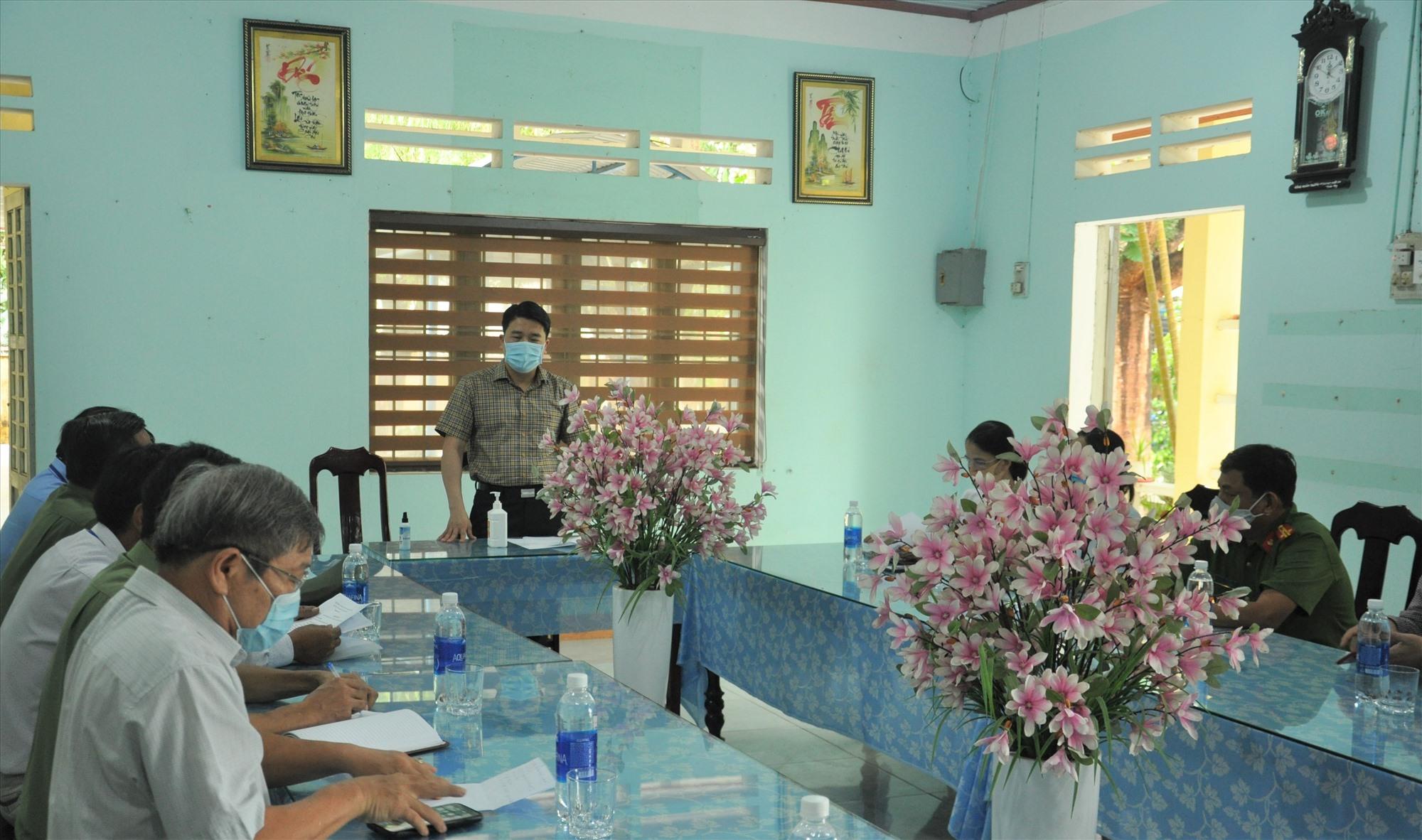 Phó Chủ tịch UBND tỉnh Trần Văn Tân kiểm tra tại điểm thi THPT Trần Văn Dư (Phú Ninh). Ảnh: X.P