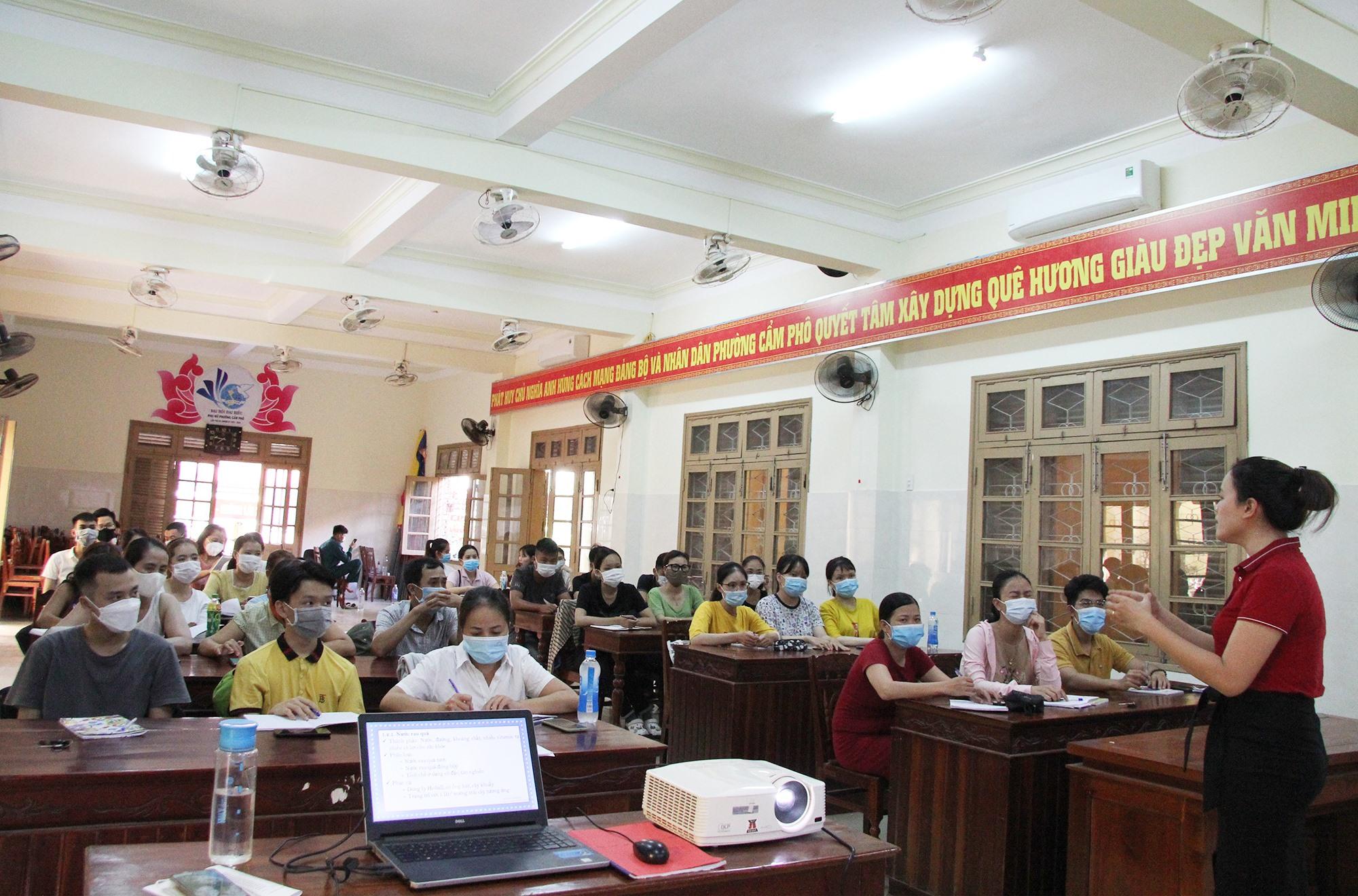 Một lớp học đào tạo nghề pha chế ở UBND phường Cẩm Phô, TP.Hội An. Ảnh: H.Q