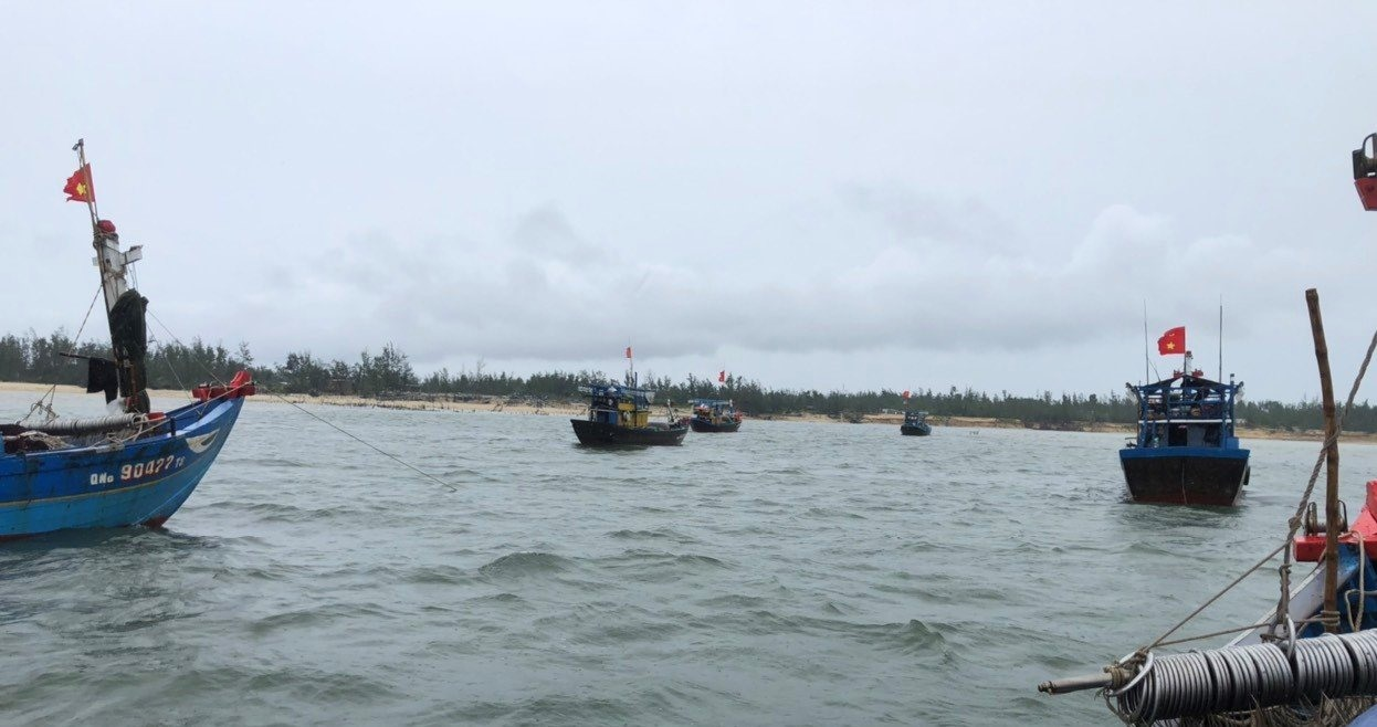 Nỗ lực trục vớt tàu QNa 91969 TS. Ảnh: H.A