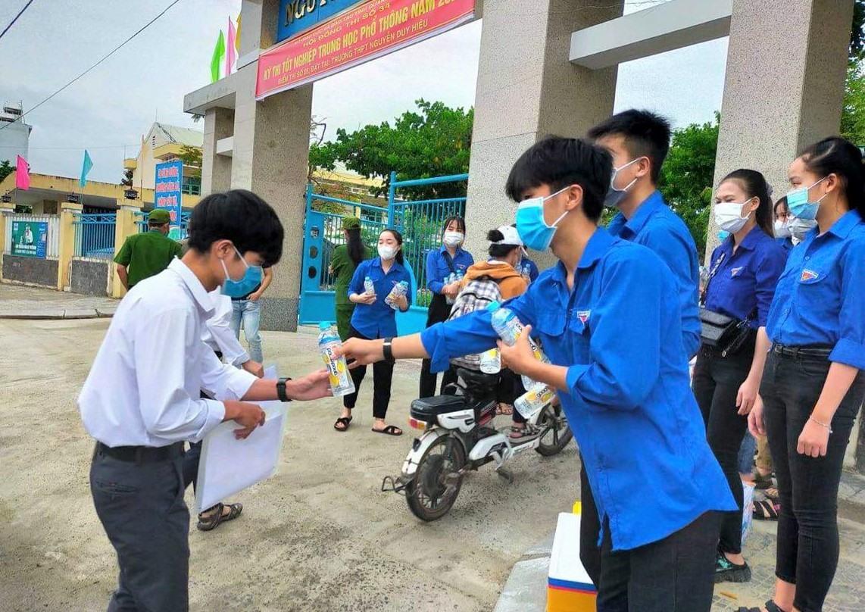 Lực lượng thanh niên tình nguyện Tiếp sức mùa thi thị xã Điện Bàn hỗ trợ thí sinh tại điểm thi Trường THPT Nguyễn Duy Hiệu. Ảnh: V.ANH