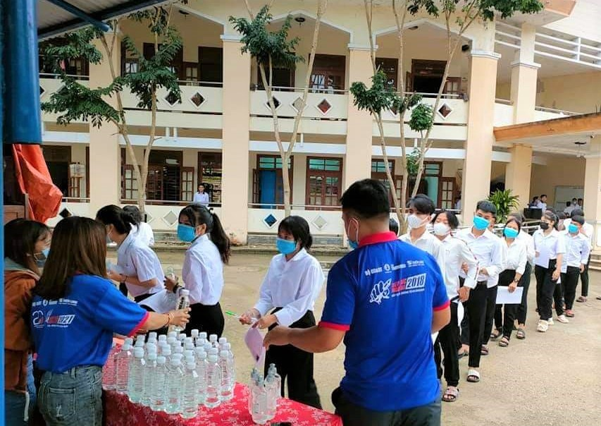 Thí sinh huyện Tây Giang nhận nước uống tại điểm tiếp sức mùa thi. Năm nay, Huyện đoàn Tây Giang bố trí 16 tình nguyện viên tại 2 điểm tiếp sức Trường THPT Võ Chí Công và Trường THPT Tây Giang. Ảnh: BLÚP HÈ