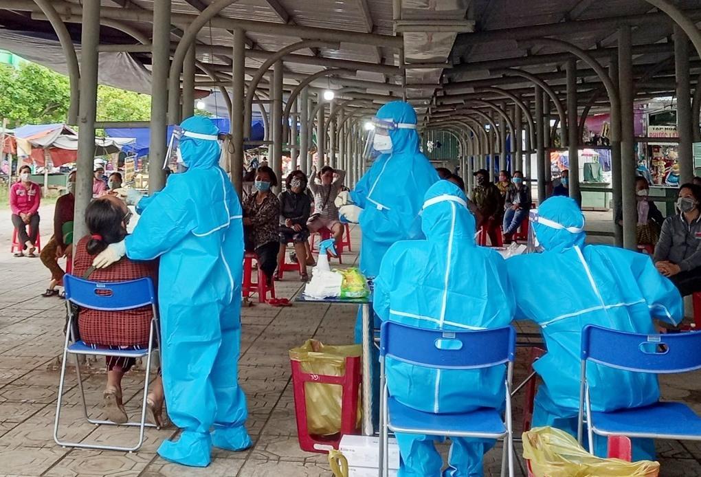 Đội phản ứng nhanh lấy mẫu xét nghiệm tại khu vực Chợ Trạm, Núi Thành. Ảnh: V.T
