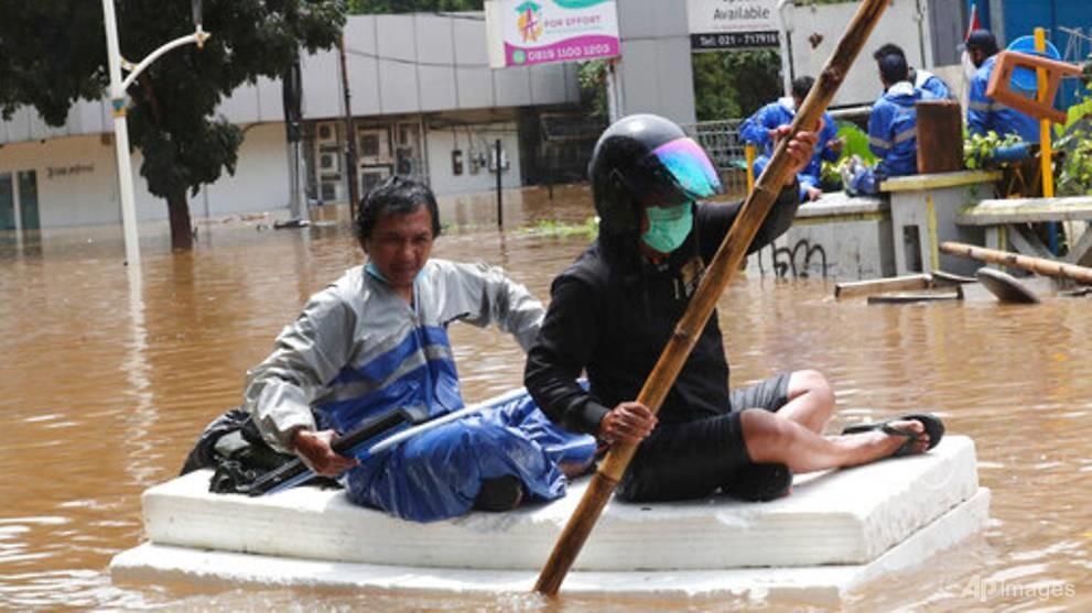 Biển đổi khí hậu, nước biển dâng gây lũ lụt trầm trọng tại Jakarta, Indonesia. Ảnh: AP