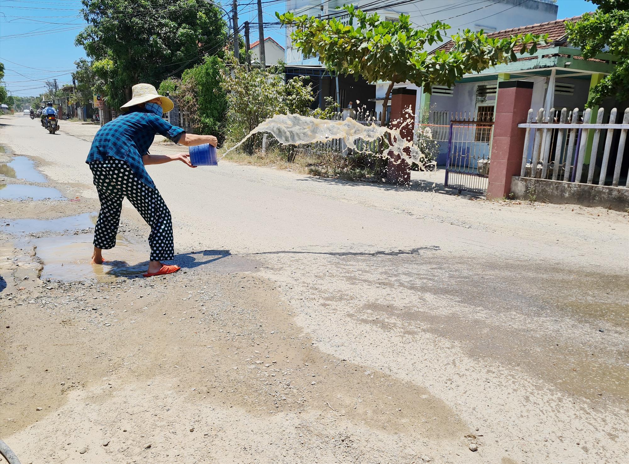 Người dân sống sát cầu Tam Giang (thôn 6, Tam Giang) mệt mỏi bởi bụi bẩn. Ảnh: B.L