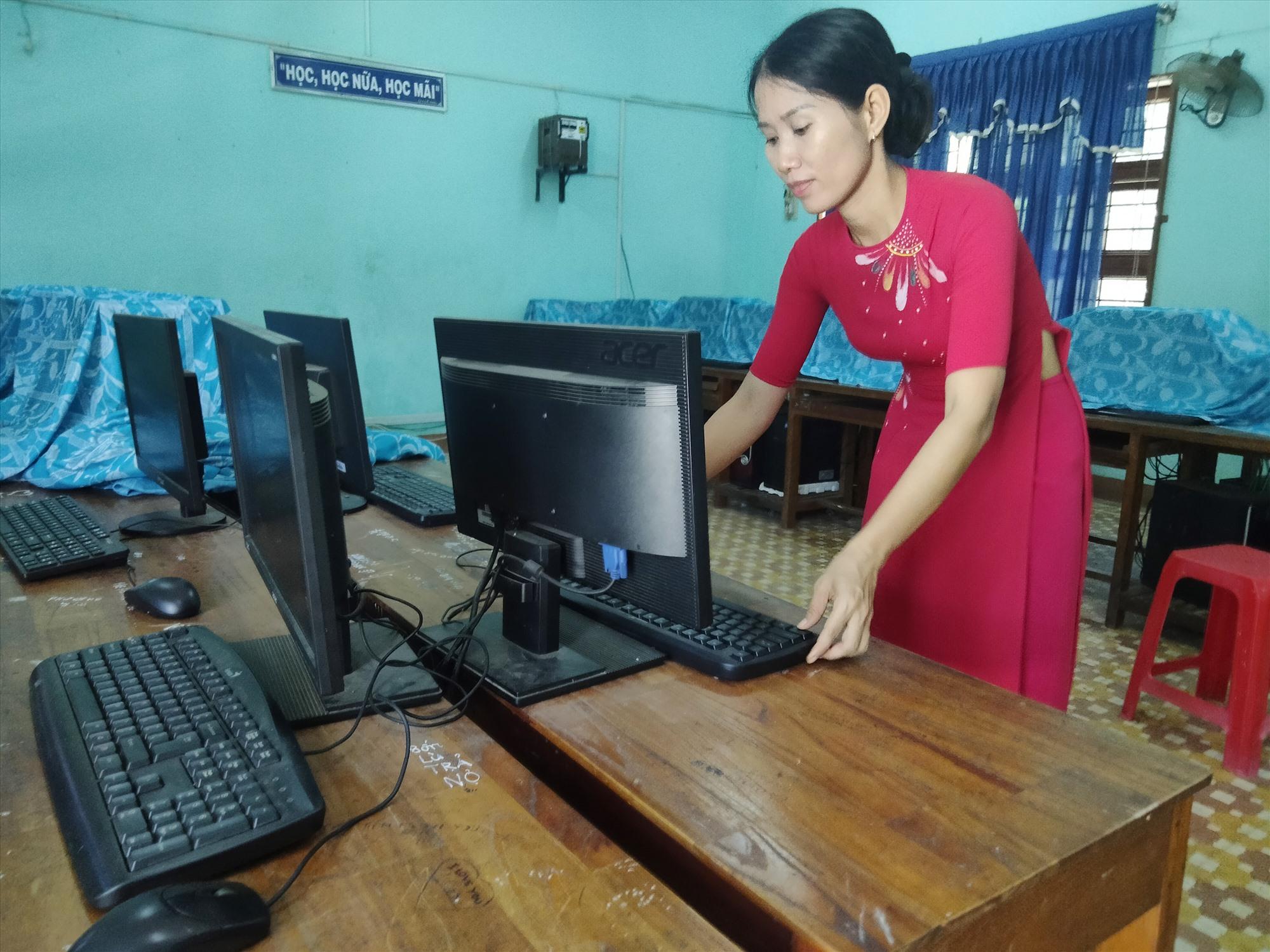 Giáo viên Trường TH và THCS Nguyễn Công Trứ (xã Bình Chánh) chuẩn bị điều kiện đảm bảo đón học sinh năm học đến. Ảnh: BIÊN THỰC