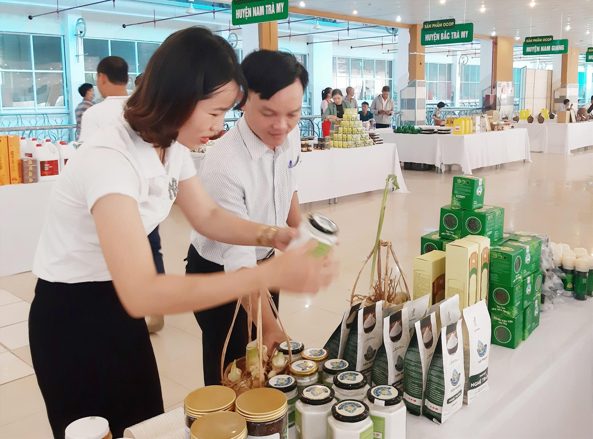 Nhờ chú trọng xây dựng vùng nguyên liệu tại chỗ, nhiều chủ thể ở Tiên Phước chủ động trong việc phát triển sản phẩm OCOP. Ảnh: N.P