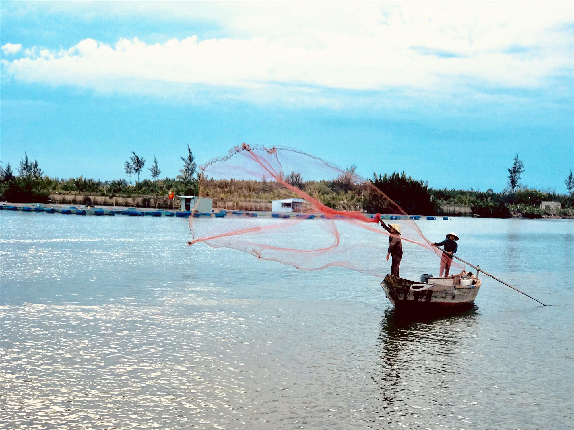 Tung lưới trên sông Cổ Cò. Ảnh: Q.T
