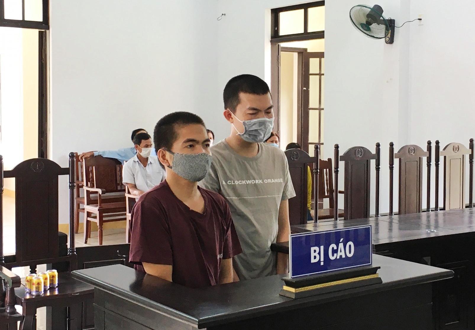 Hai bị cáo tại phiên tòa. Ảnh: H.C