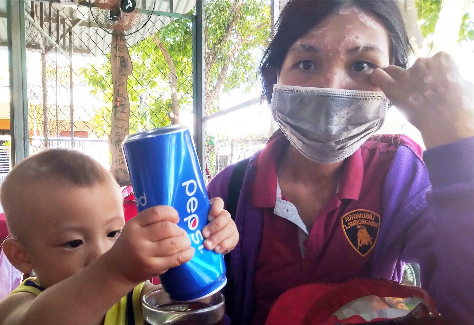 Hai mẹ con Phương đến nhận quà cứu trợ từ chương trình Cơm 0 đồng.
