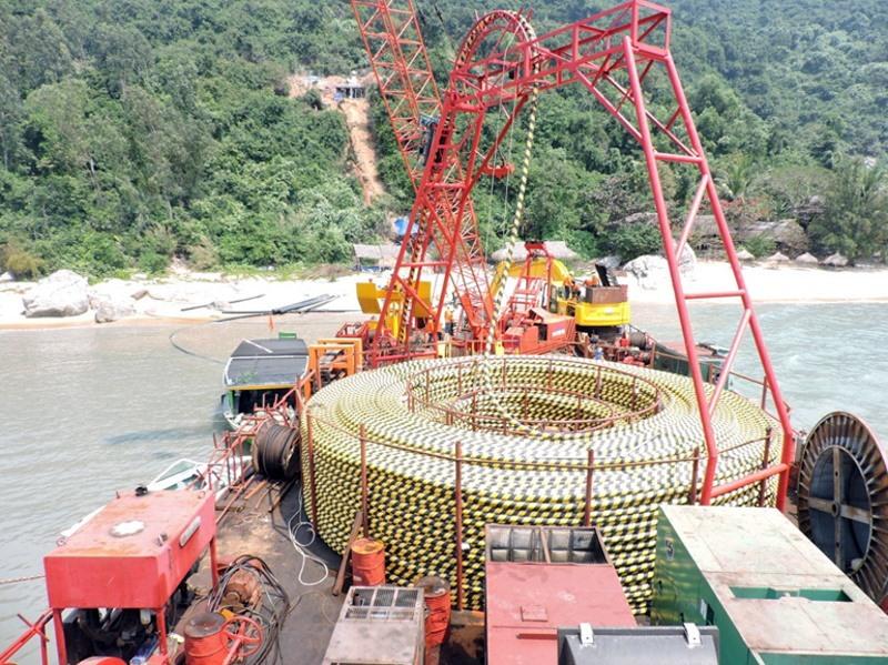 Thi công kéo cáp ngầm đưa điện lưới quốc gia ra Cù Lao Chàm.