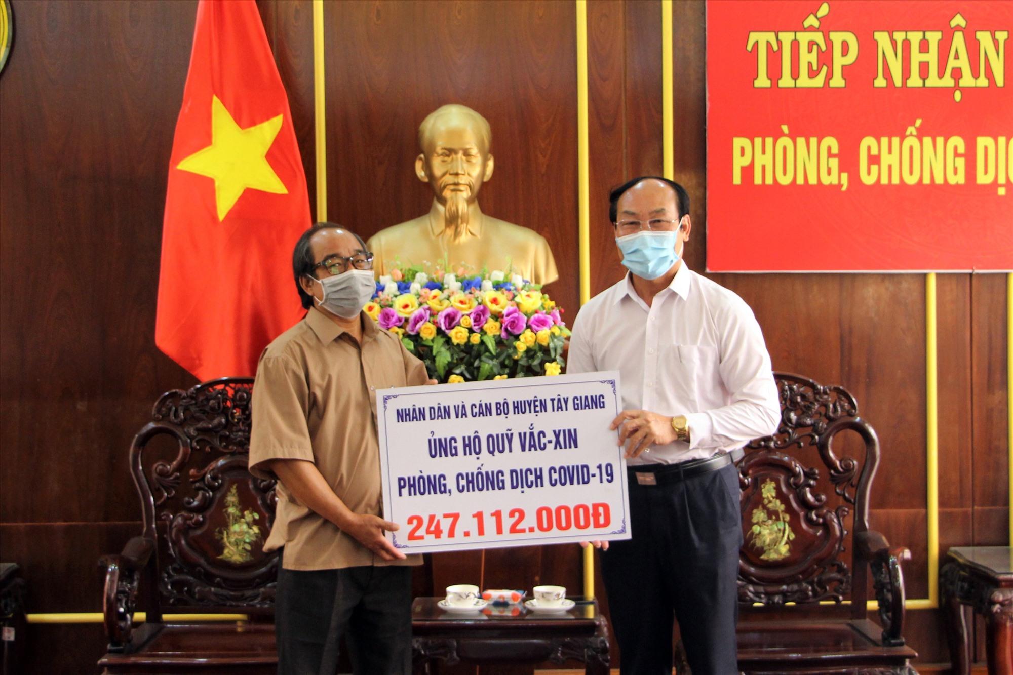 Chủ tịch Ủy ban MTTQ Việt Nam tỉnh - Võ Xuân Ca tiếp nhận tiền ủng hộ. Ảnh: V.A