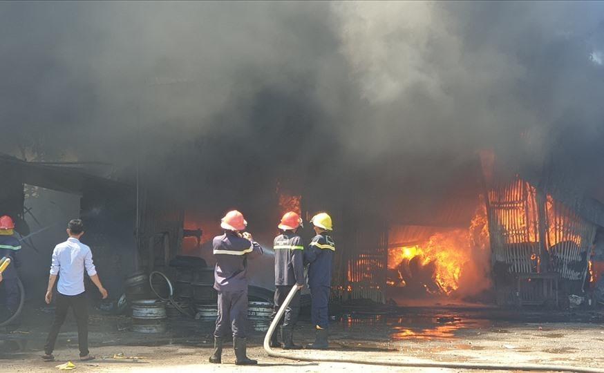 Một vụ cháy ở xưởng vá lốp ô tô ở Quảng Nam bị bốc cháy.