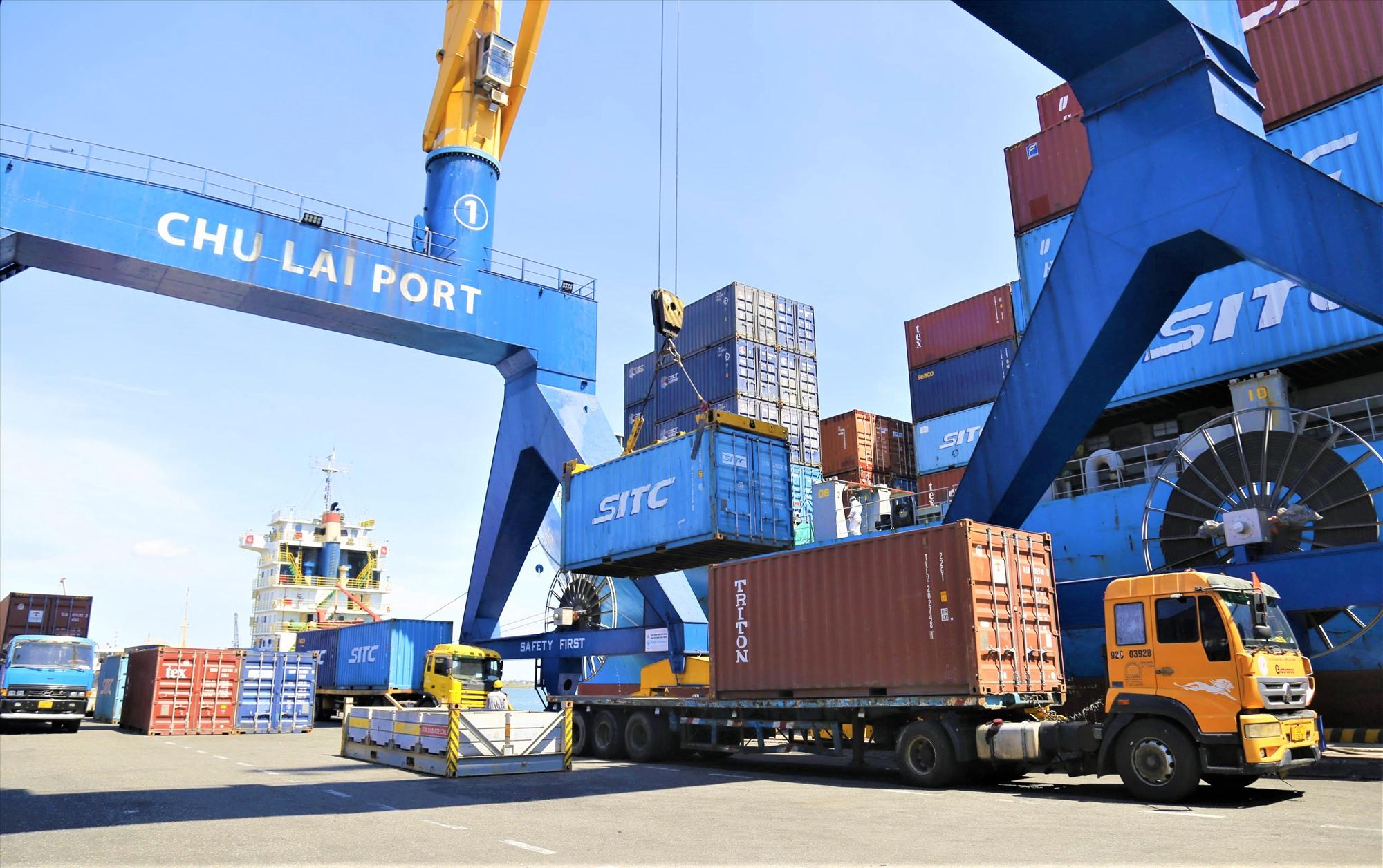 Tinh bột sắn được đưa lên tàu xuất khẩu sang Trung Quốc từ cảng Chu Lai.