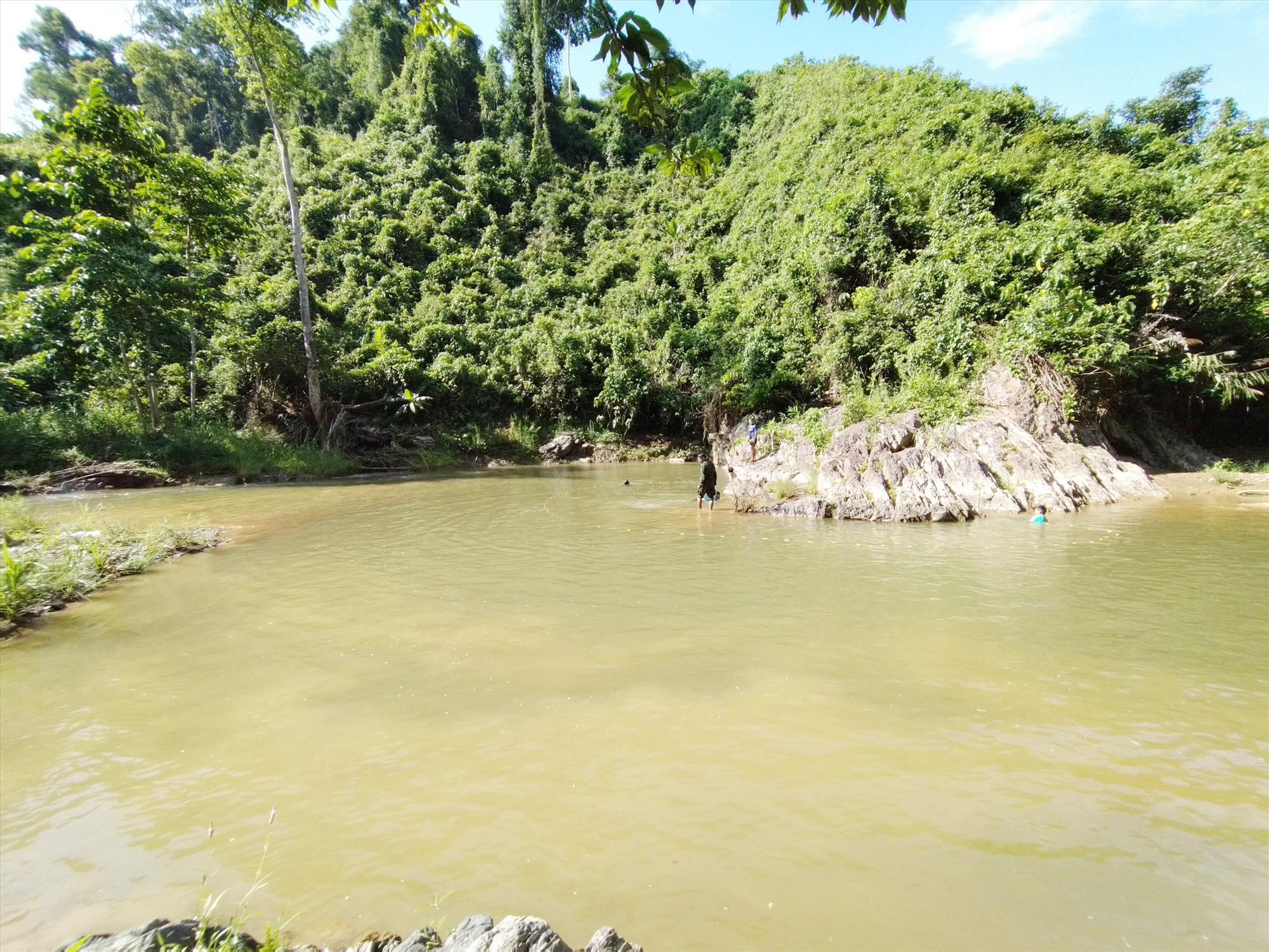 Sông Lăng vẫn còn nguyên sơ với những rừng lim xanh ngát trên đồi. Ảnh: Bhơriu Quân
