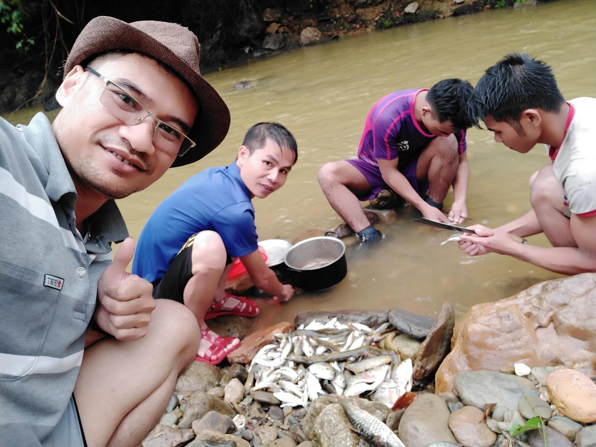 """Tác giả và thành quả trong một buổi sáng bắt cá với các thành viên """"săn bắt cá"""" dọc sông Lăng."""