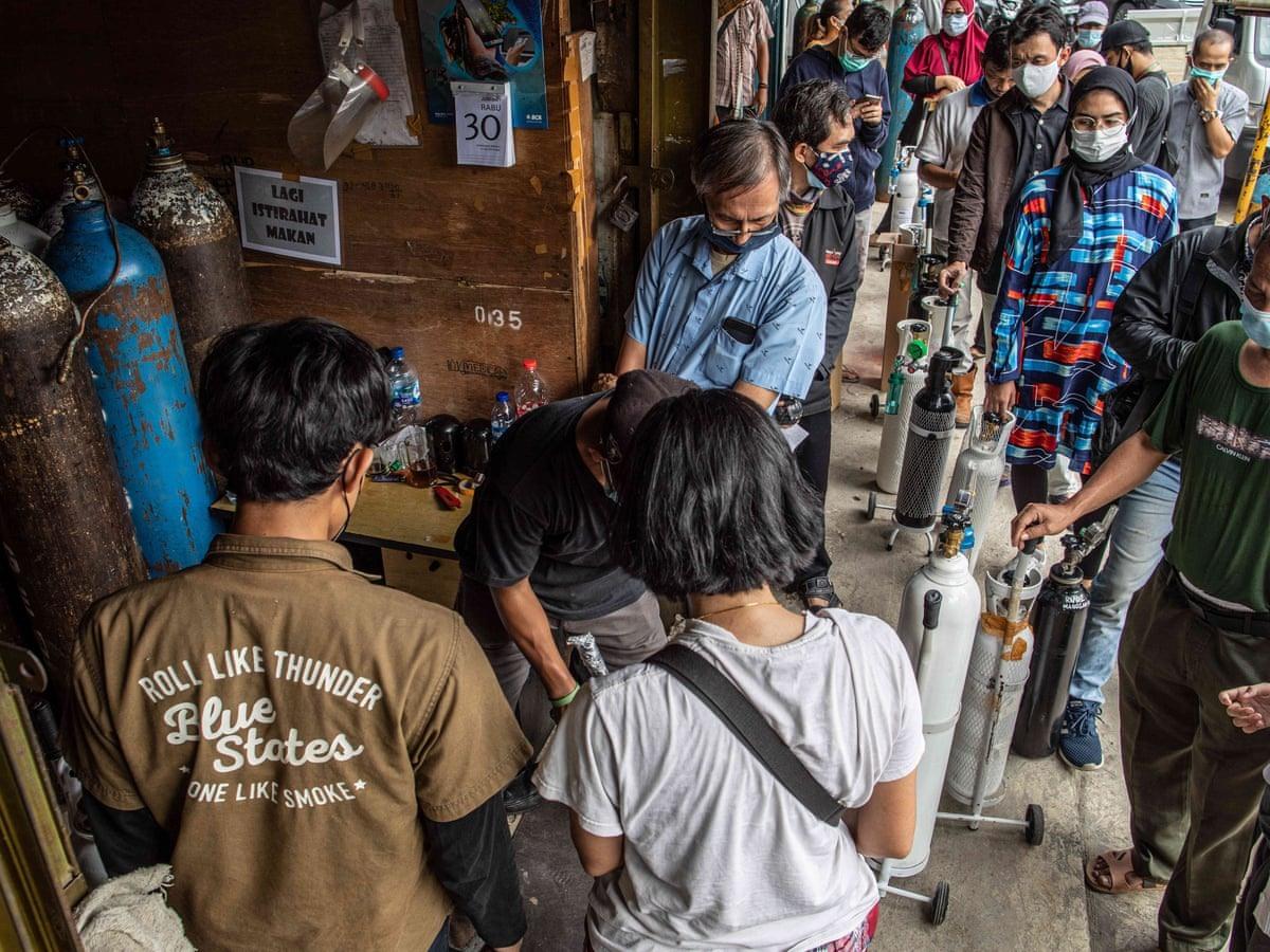 Chờ đợi nguôn ôxy cho nguời nhiễm Covid-19 tại Indonesia. Ảnh: Covid-19