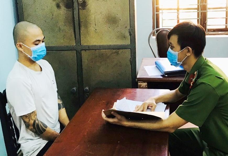 Công an huyện Thăng Bình làm việc với đối tượng Phan Văn Mỹ. Ảnh V.Q.