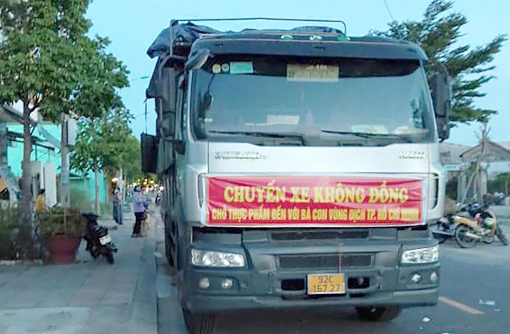 Gần 6 tấn hàng đầu vừa được anh Khoa tiếp nhận và vận chuyển vào TP.Hồ Chí Minh. Ảnh: L.K